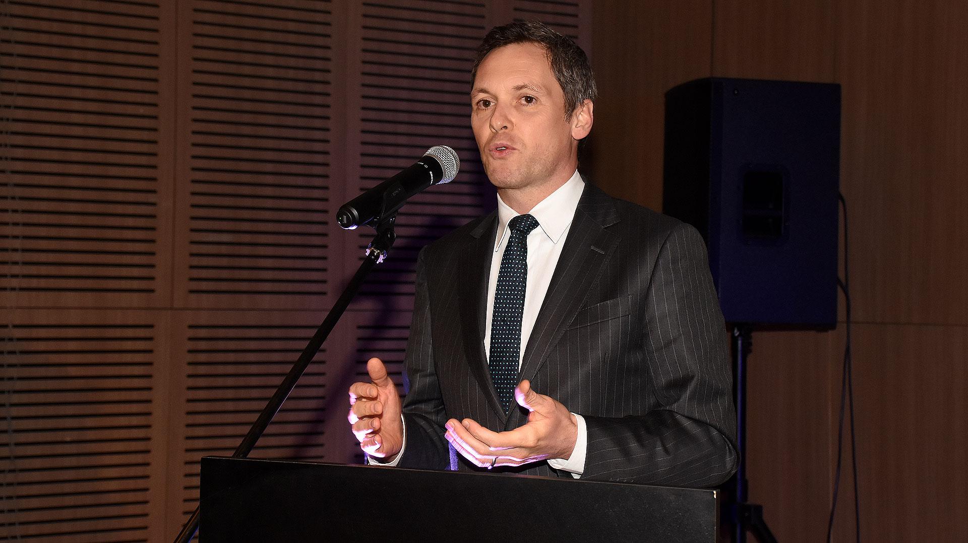 Roberto Benes, representante de UNICEF en la Argentina, durante su discurso de agradecimiento