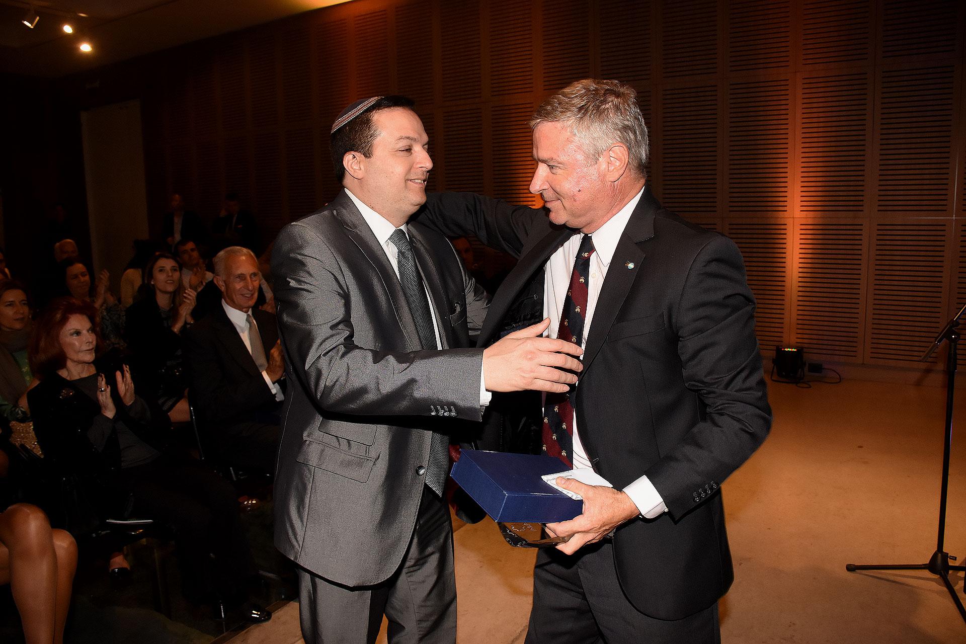 Ariel Cohen Sabban entrega el Premio DAIA al Periodismo y la Comunicación al Diario La Nación, que fue recibido por su presidente, Julio Saguier