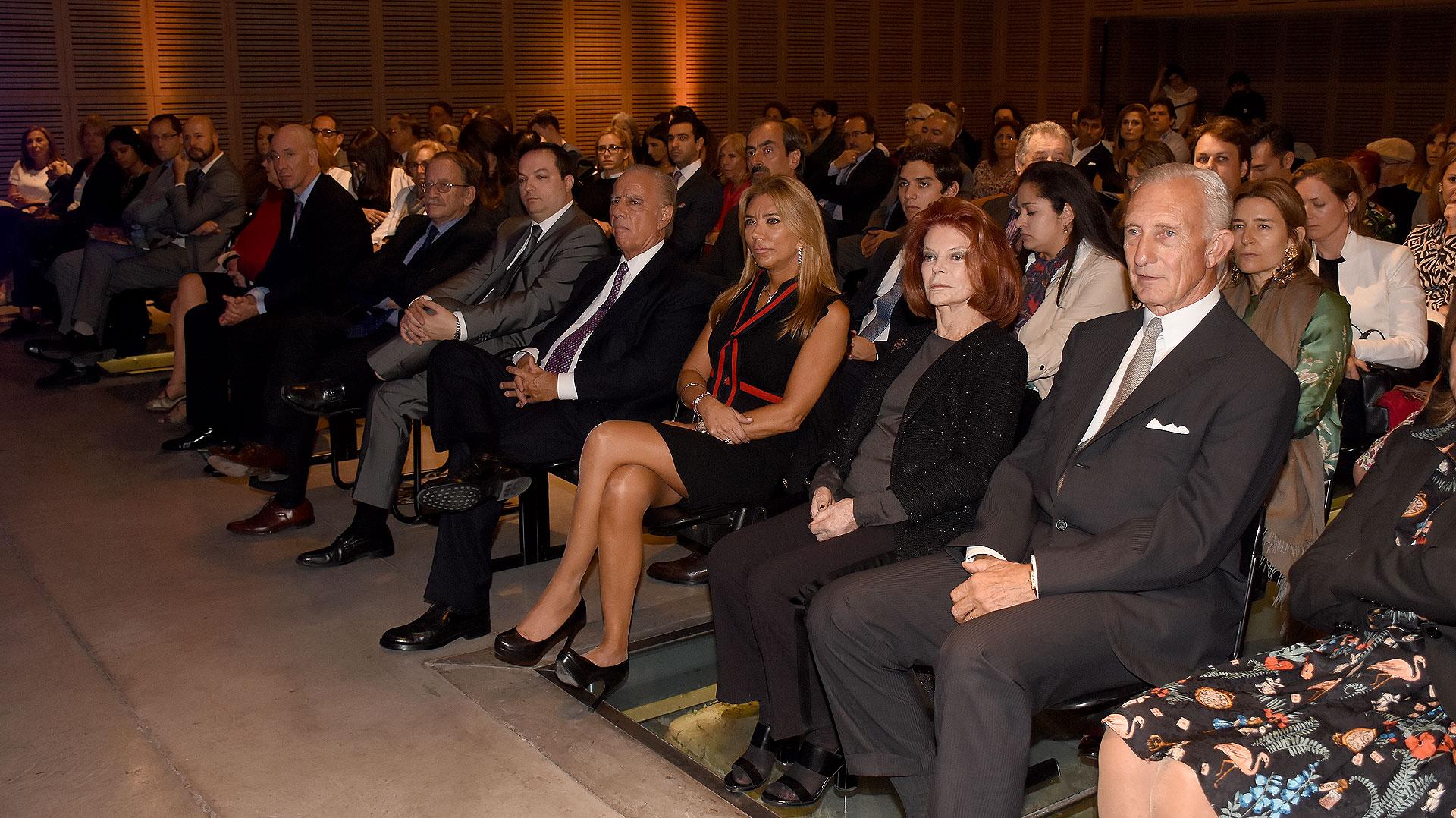 El primera fila: el embajador británico Mark Kent; el presidente de la DAIA, Ariel Cohen Sabban; Alejandro y Bettina Bulgheroni; Lili Sielecki y Jorge Neuss