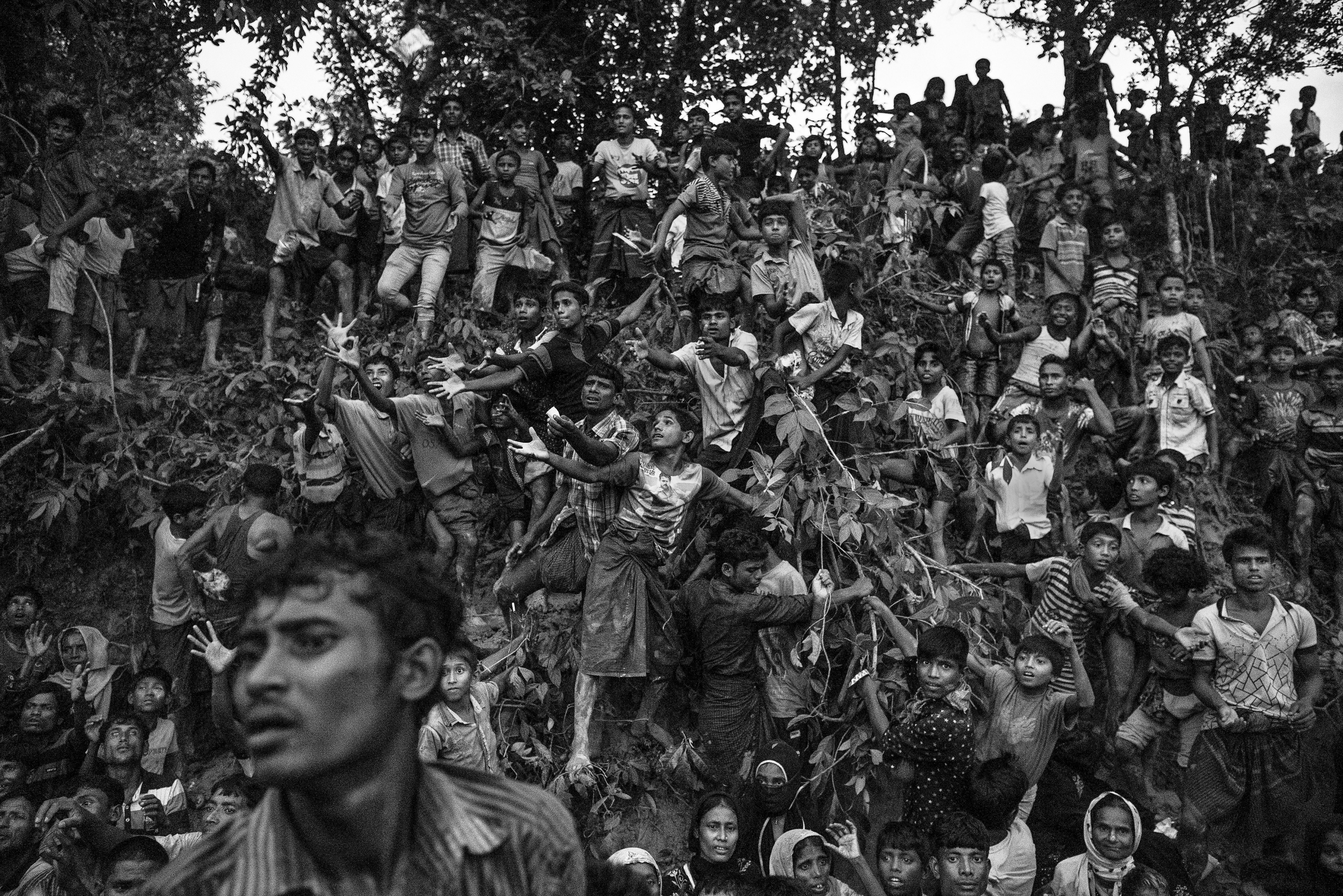 La desesperada espera de comida en el campo de refugiados de Balukali, en Cox's Bazar, Bangladesh(Kevin Frayer/Getty Images)