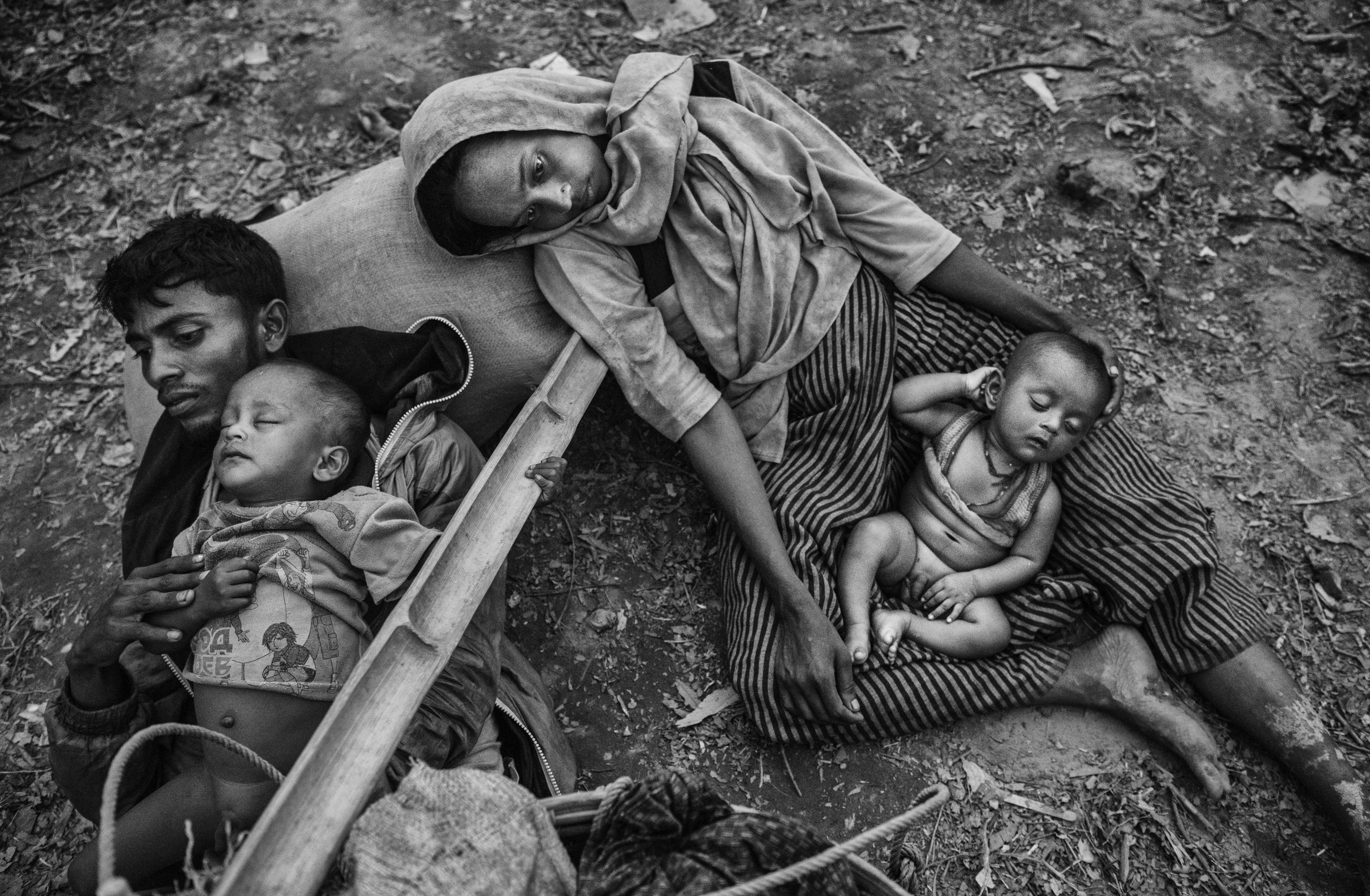 Una familia rohinyá descansa tras cruzar el río Naf en la frontera entre Myanmar y Bangladesh (Kevin Frayer/Getty Images)