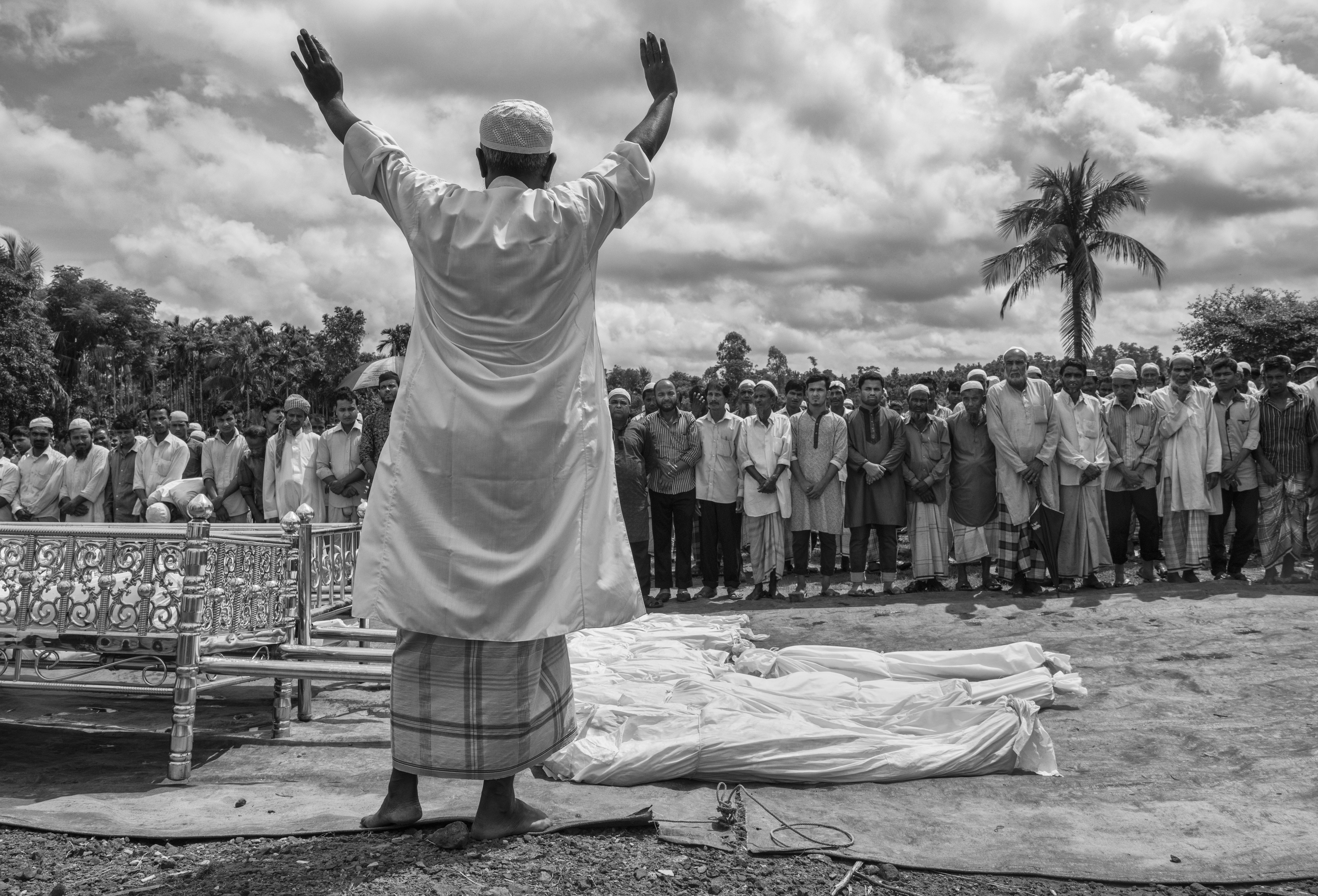 Un clérigo musulmán durante el funeral de 16 rohinyás que murieron en un naufragio mientras intentaban cruzar la frontera (Kevin Frayer/Getty Images)
