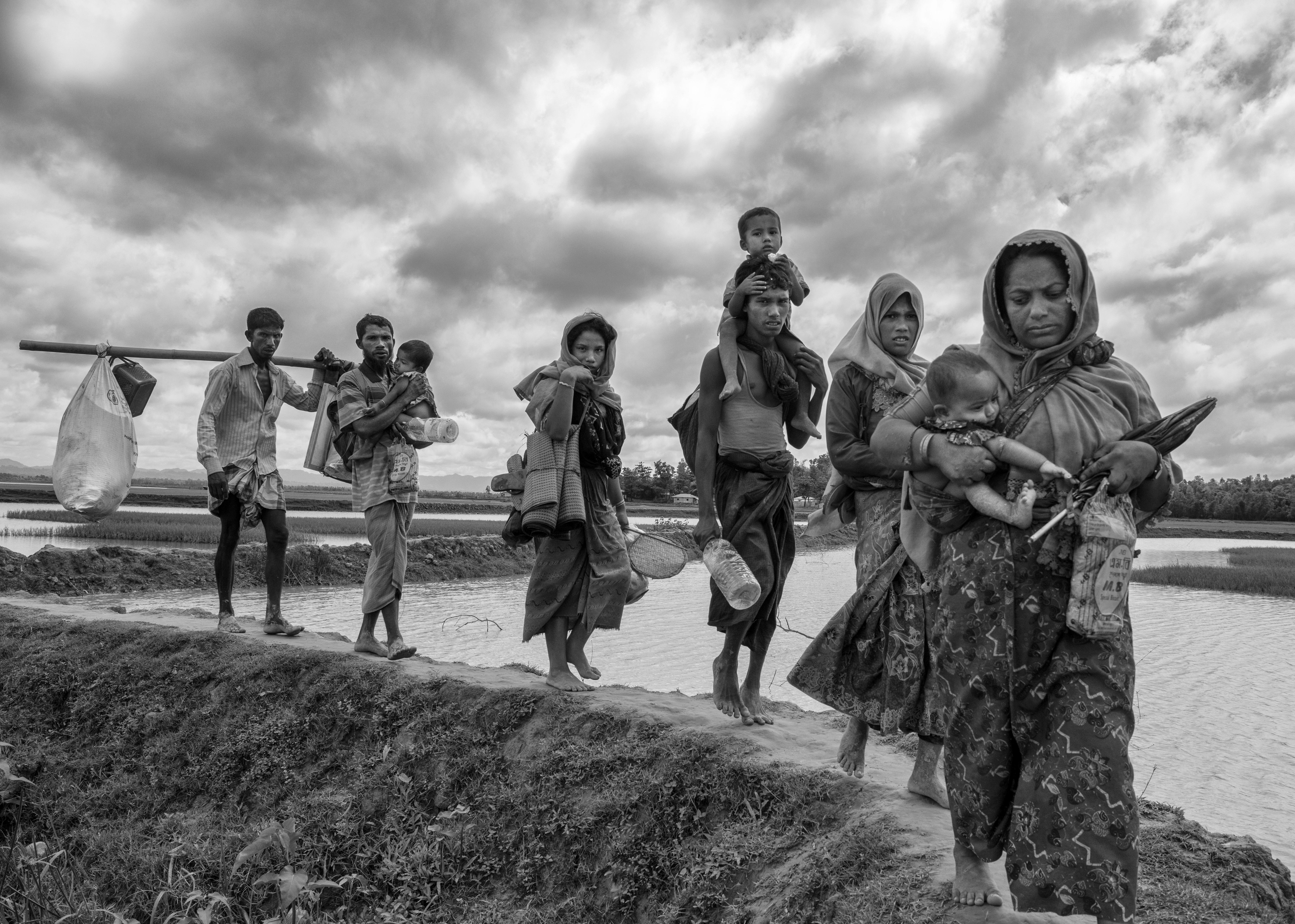 Rohinyás cruzan la frontera con Blangladesh cerca del río Naf (Kevin Frayer/Getty Images)