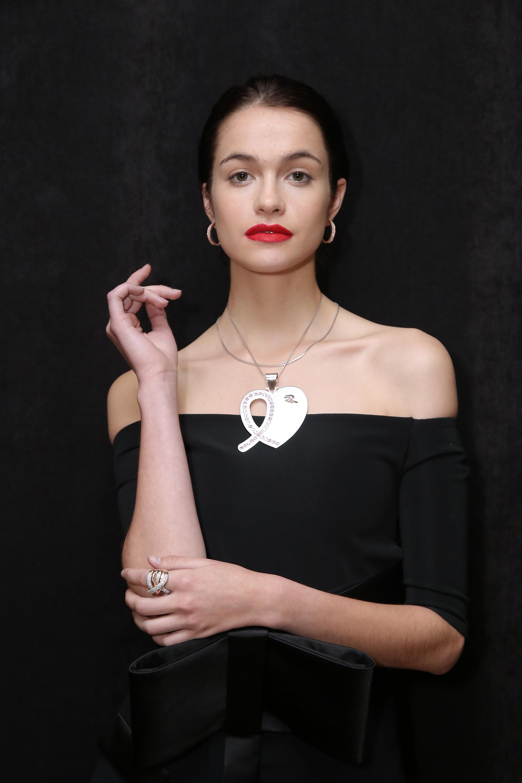Mora Furtado, Julieta Spina, Milagros Schmoll y Verónica Quintana, entre otras personalidades, recibieron y lucieron la insignia de LALCEC en oro y zafiros rosados -diseñada por Rubí Rubí- que recrea el símbolo de la lucha contra el cáncer de mama