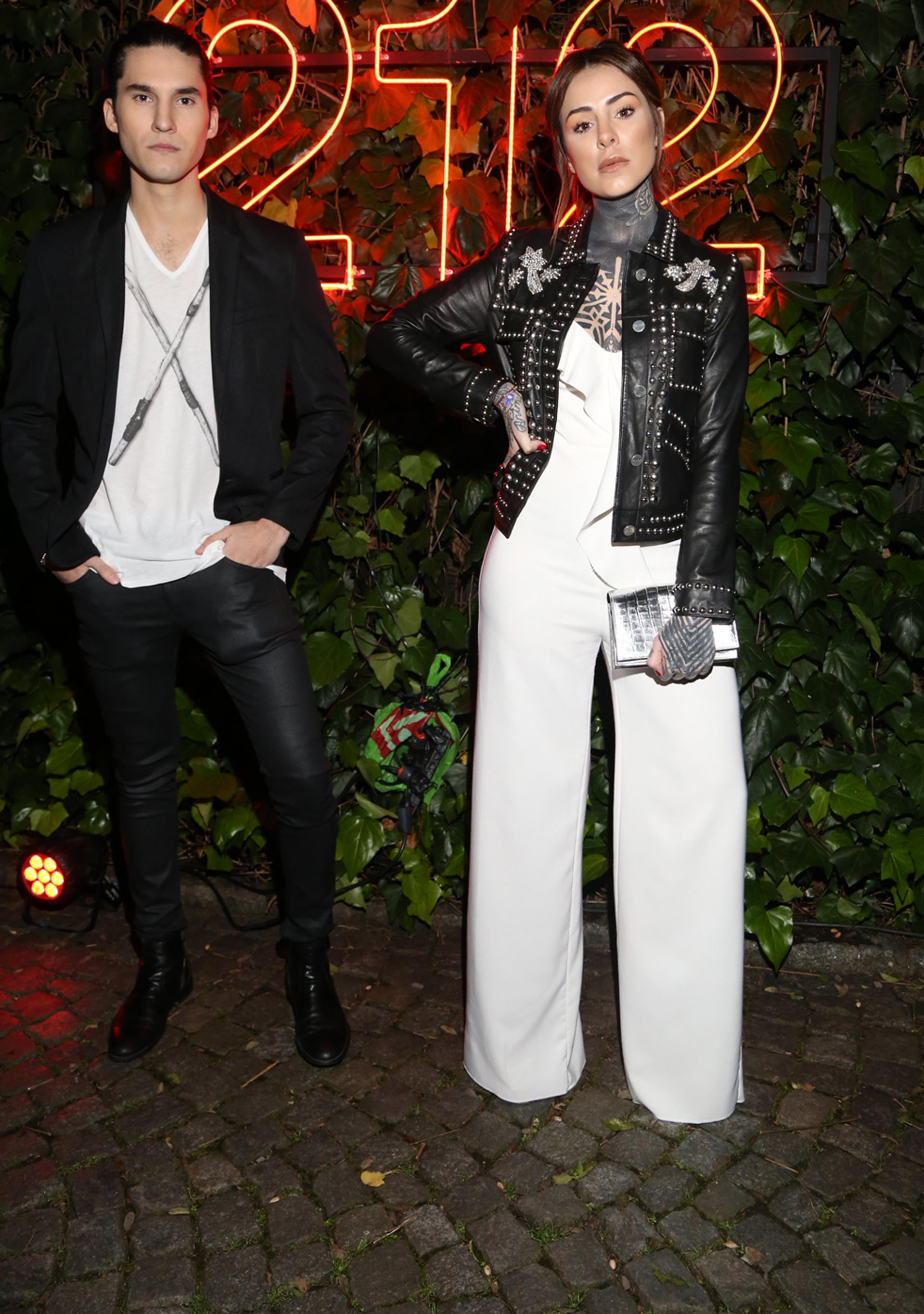 Los hermanos Tinelli -Francisco y Candelaria- fueron vestidos en composé. Ambos adoptaron un clásico trendy: el negro y blanco. Él con chupines de cuero, remerón y saco. Un mono blanco con chaqueta bordada con tachas para ella