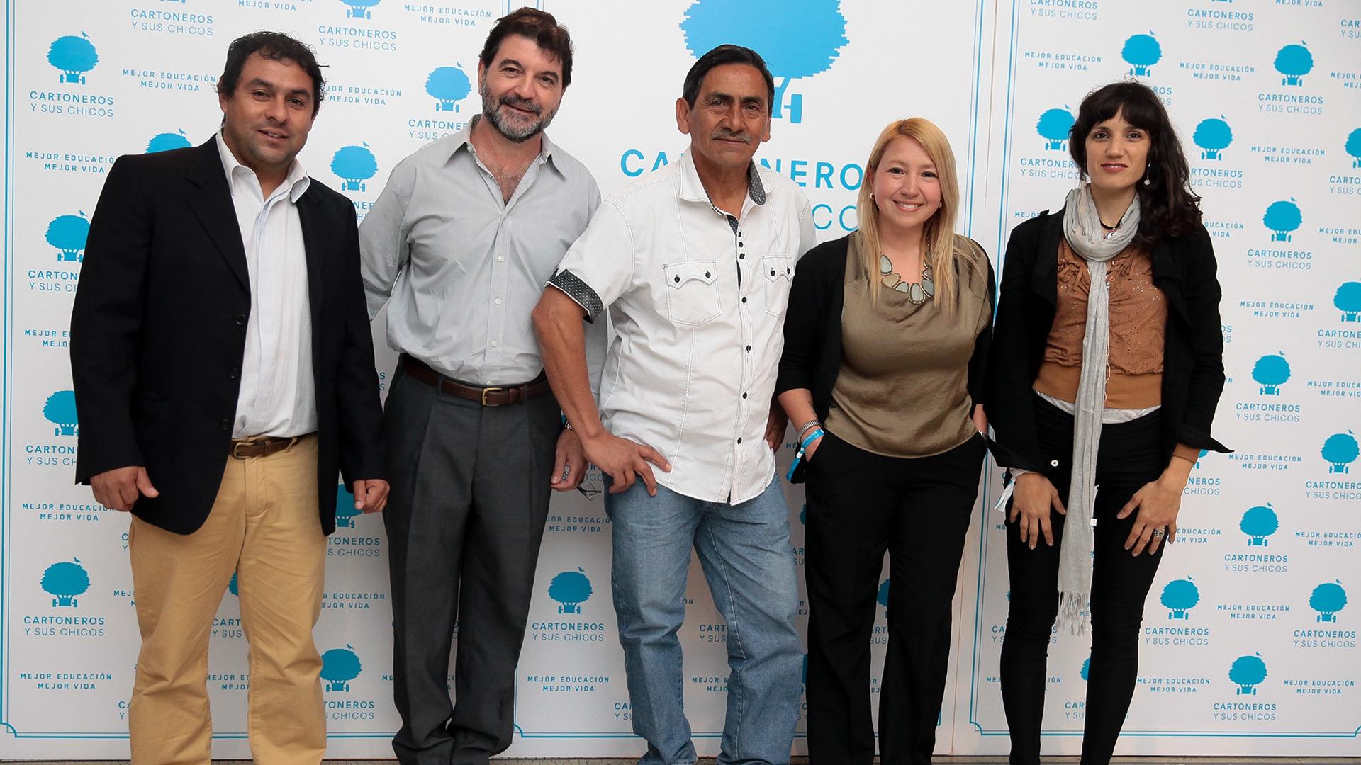 El fundador de la cooperativa Las Madreselvas Carlos Mancilla (centro) rodeado por el equipo de la escuela de Cartoneros