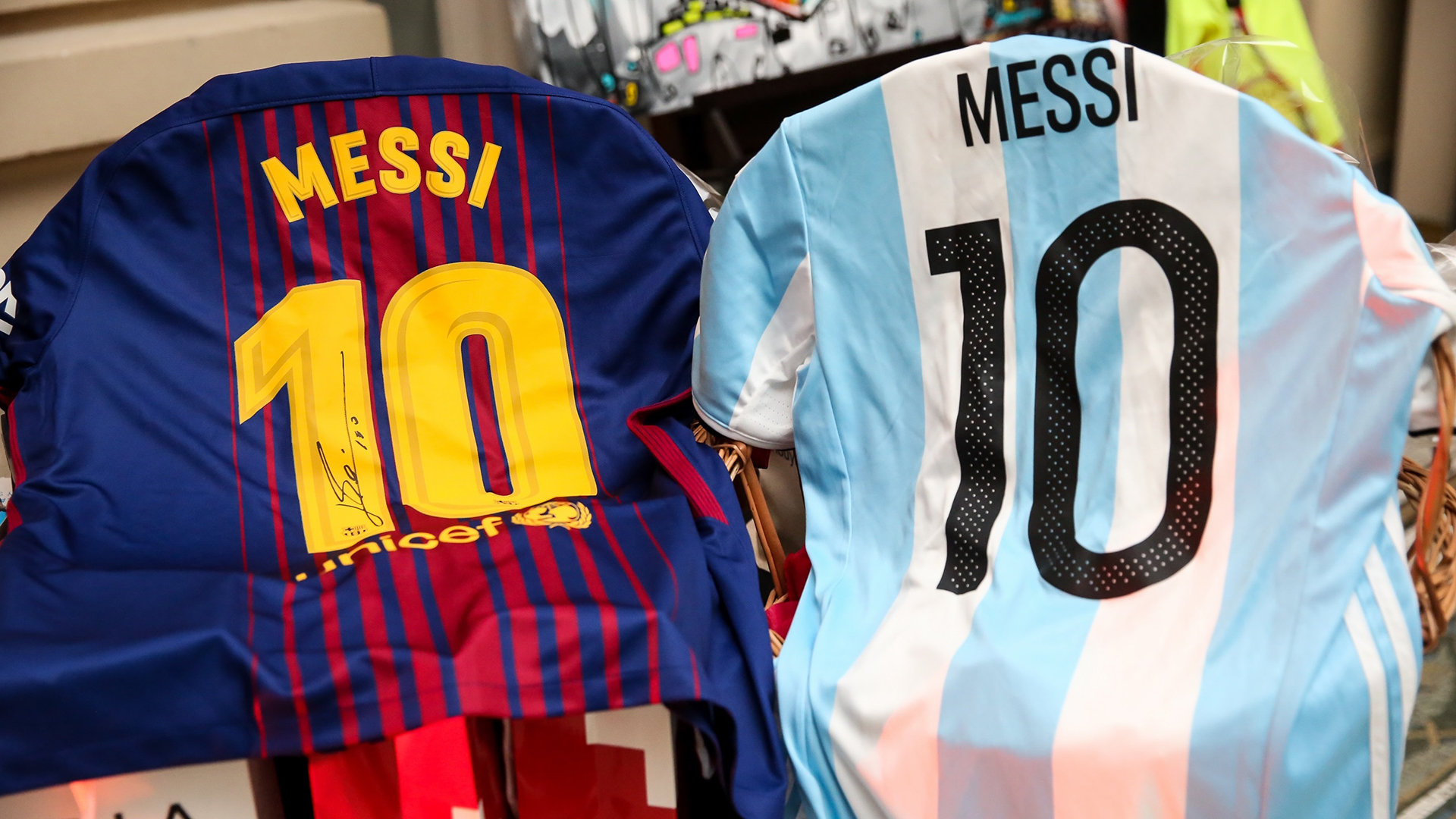 Lionel Messi siempre presente: donó dos camisetas firmadas para la subasta solidaria