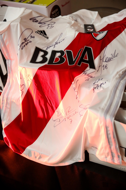 Rodolfo D'Onofrio, presidente de River Plate, donó una camiseta firmada por los jugadores del equipo