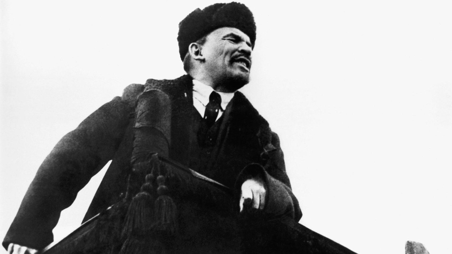 Vladimir Lenin da un discurso en la Plaza Rosa en el primer aniversario de la Revolución Rusa.