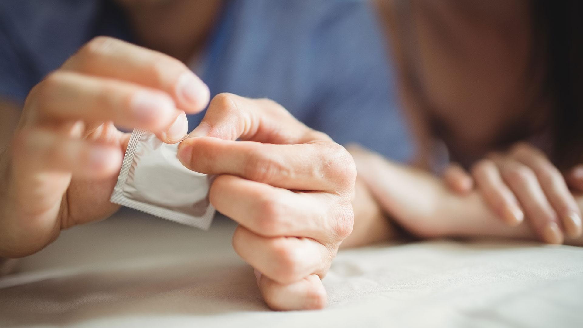 Según la OMS, los preservativos masculinos y femeninos son los únicos dispositivos que reducen la transmisión del VIH (Getty Images)