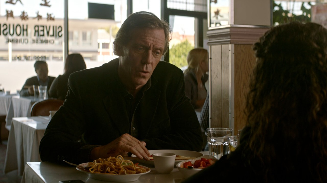 """Hugh Laurie es británico peroempleaun acento americanoen el rodaje, igual que en """"Dr. House""""."""