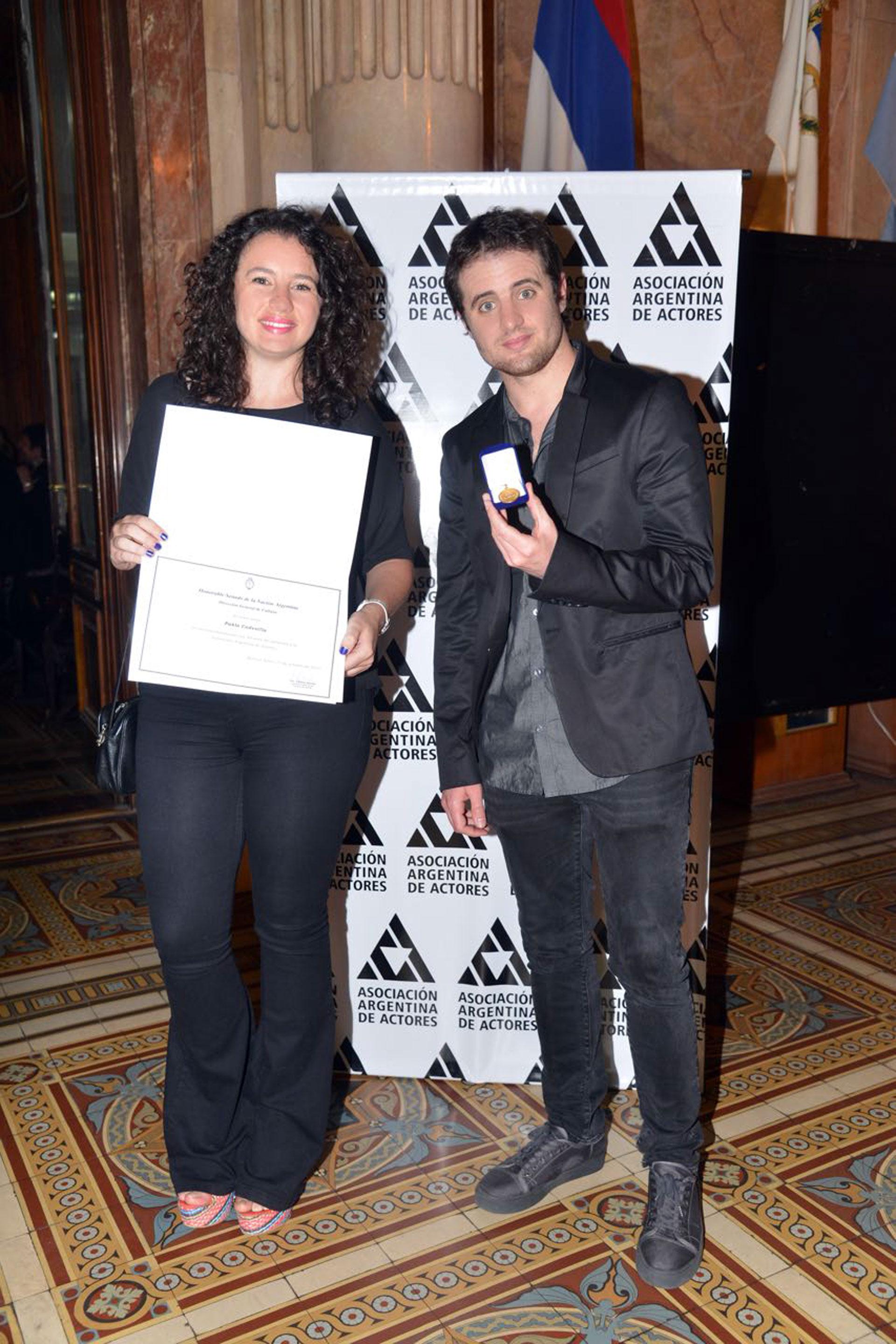 En los premios Podestá, reconocieron a Pablo Codevilla con una medalla conmemorativa por cumplir 50 años de afiliación a la Asociación Argentina de Actores. Como estaba de viaje, sus hijos recibieron la distinción