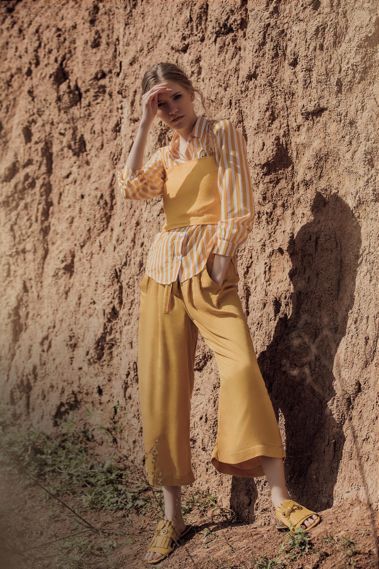 Camisa rayada y top de lino($ 2.485 y $ 1.085, AY Not Dead), pantalón baggy con lazo ($ 2.500, Rapsodia) y chatas con flecos($ 3.989, Mishka). Fotos Chino Toccalino/ Para Ti