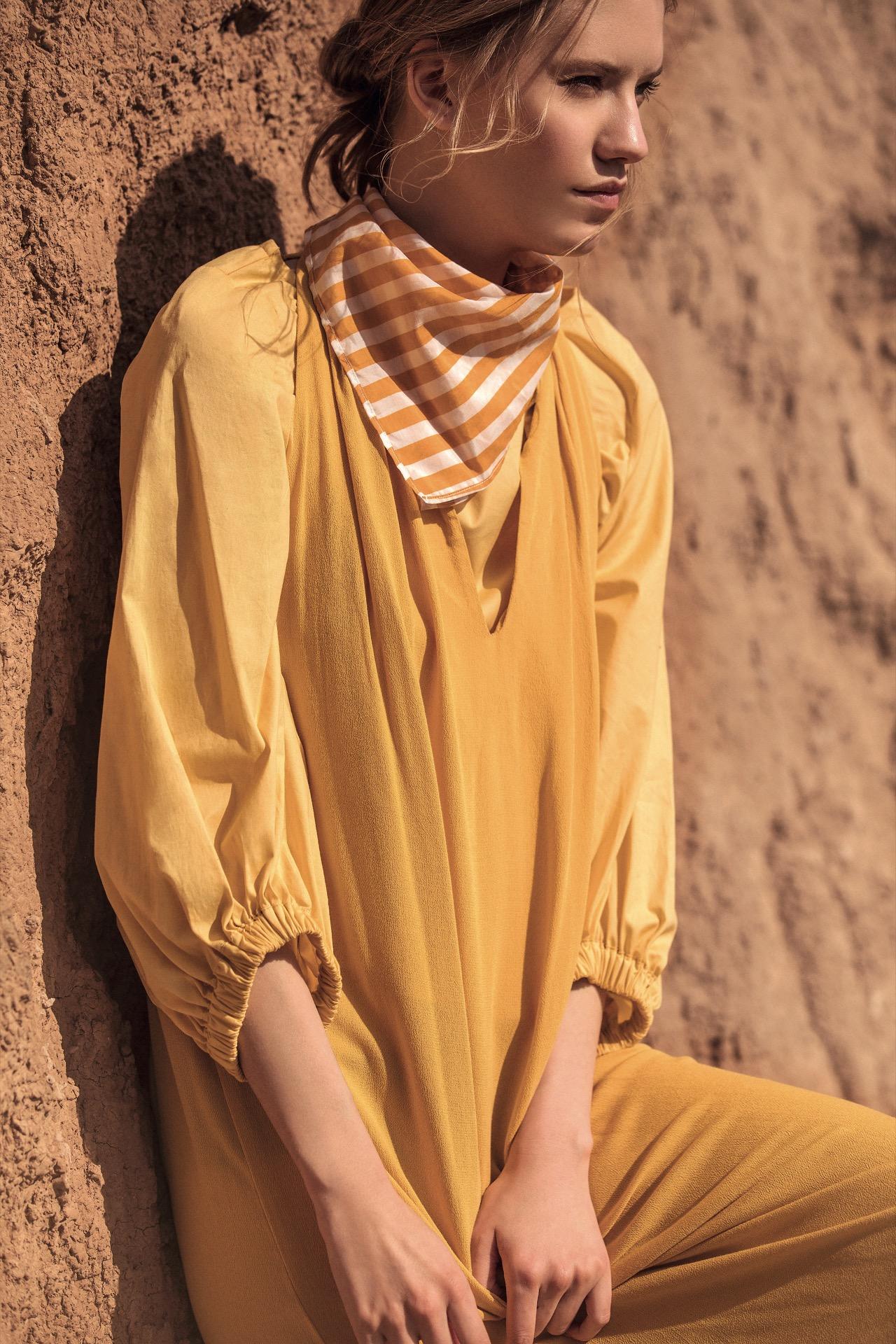 Remera con mangas abullonadas y vestido ($ 1.400 y $ 1.800, Clara Ibarguren) y pañuelo rayado ($ 746, AY Not Dead). Fotos Chino Toccalino/ Para Ti
