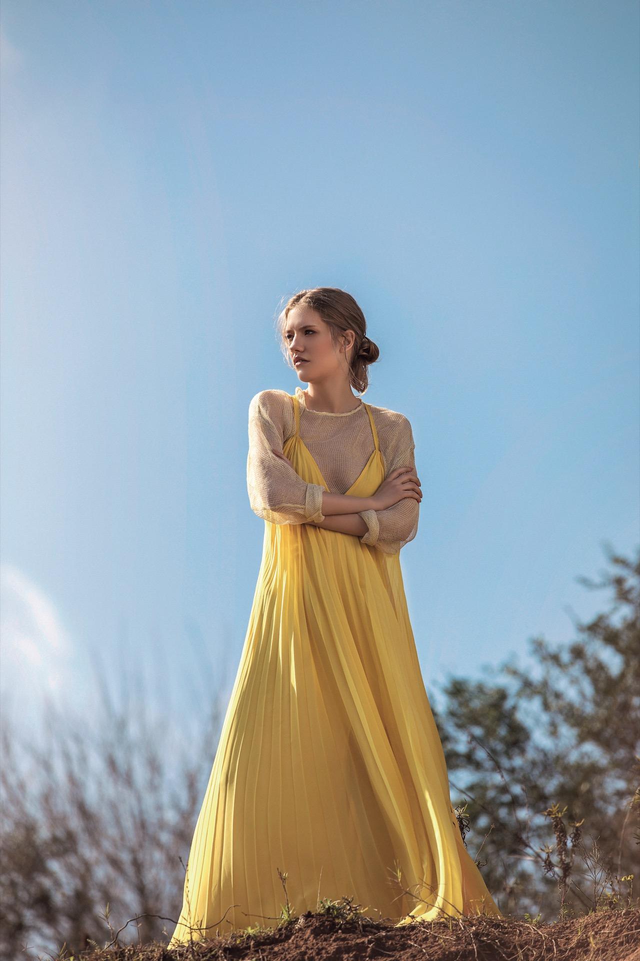 Remera de red (Trosman) y vestido largo plisado ($ 19.000, María Gorof). Fotos Chino Toccalino/ Para Ti