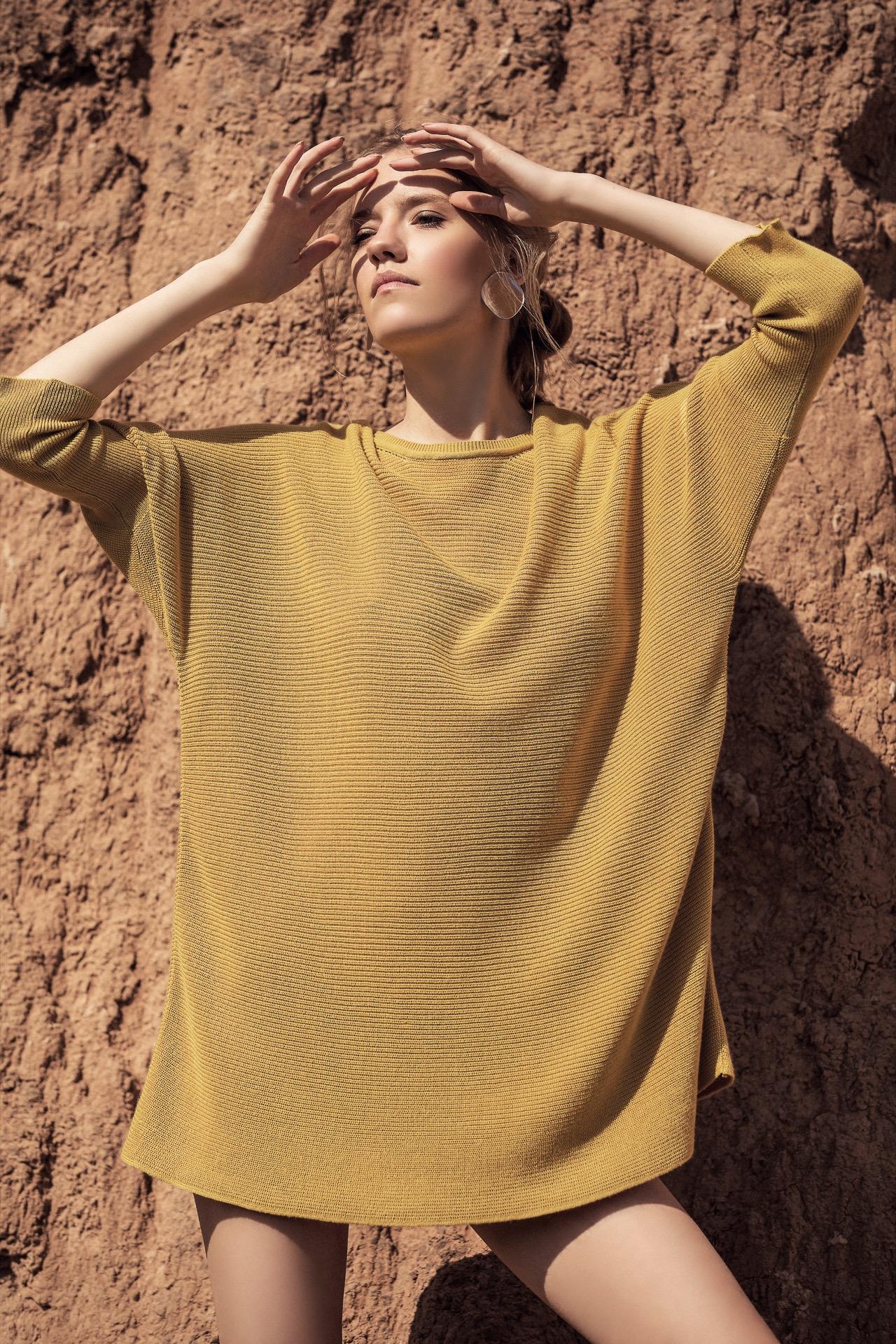 Suéter largo tejido ($ 2.780, Mishka) y aros geométricos espejados(Mai Cassal). Fotos Chino Toccalino/ Para Ti