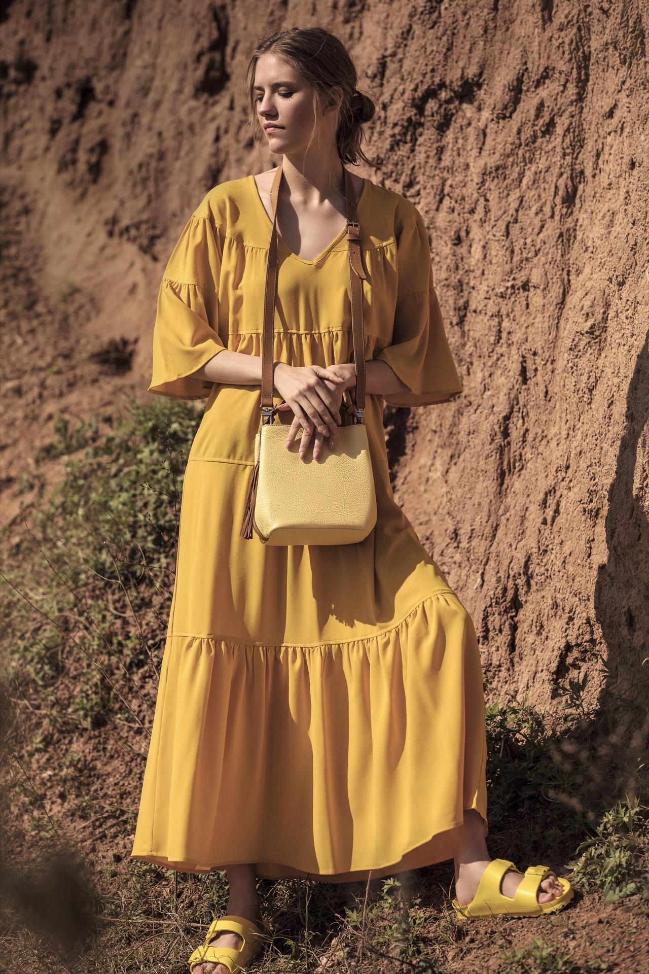 Vestido largo con volados ($ 3.990, Vevû), cartera combinada de cuero (Prüne) y flats ($ 790, Hush Puppies). Fotos Chino Toccalino/ Para Ti