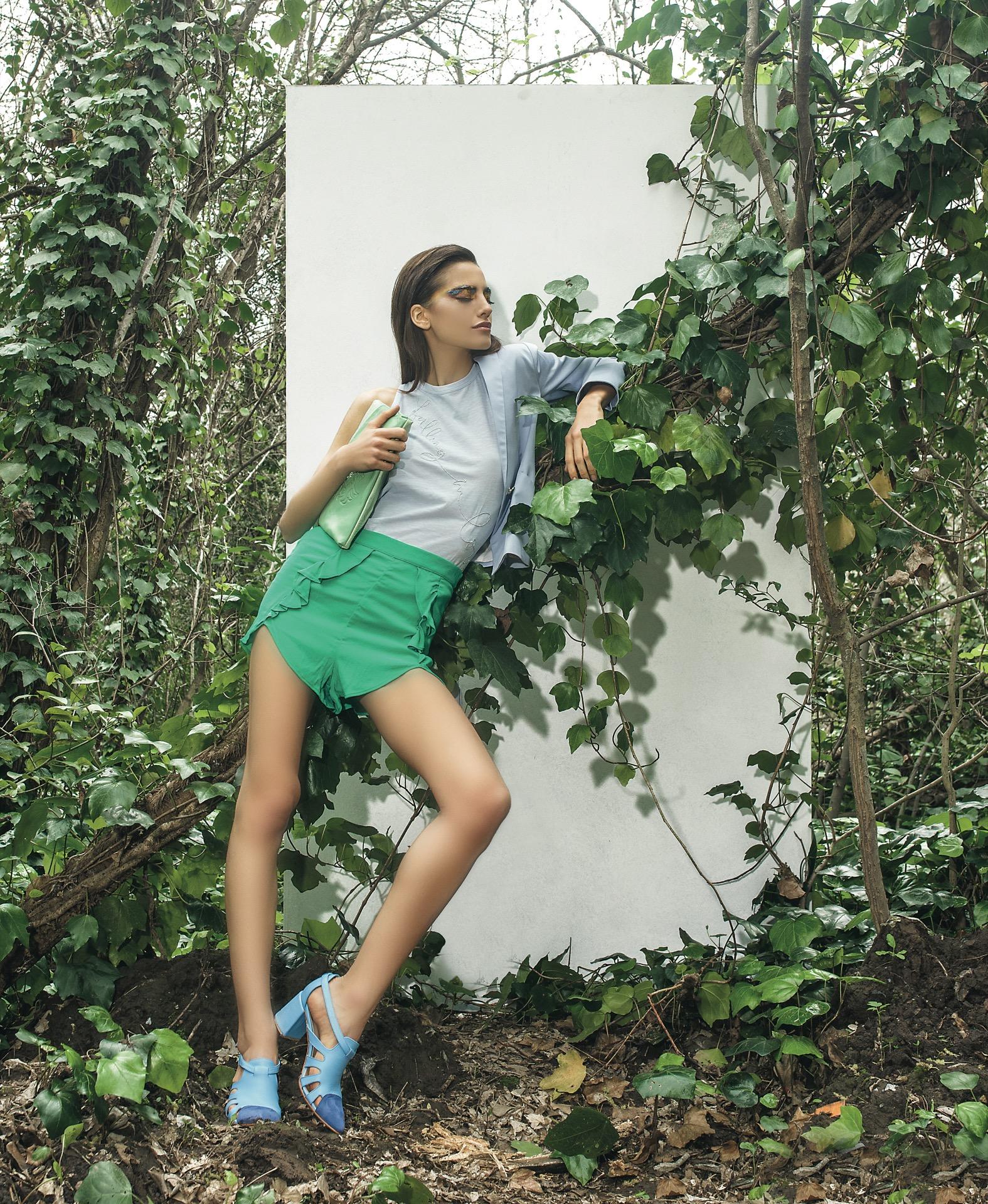 Blazer ($ 3.688, Desiderata), musculosa con bordado ($ 790, Kosiuko), short con volados (Inversa), sobre de cuero($ 1.900, Veika) y zapatos de cuero con puntera de gamuza ($ 4.350, Lomm). Fotos Juan Jauregui/Para Ti