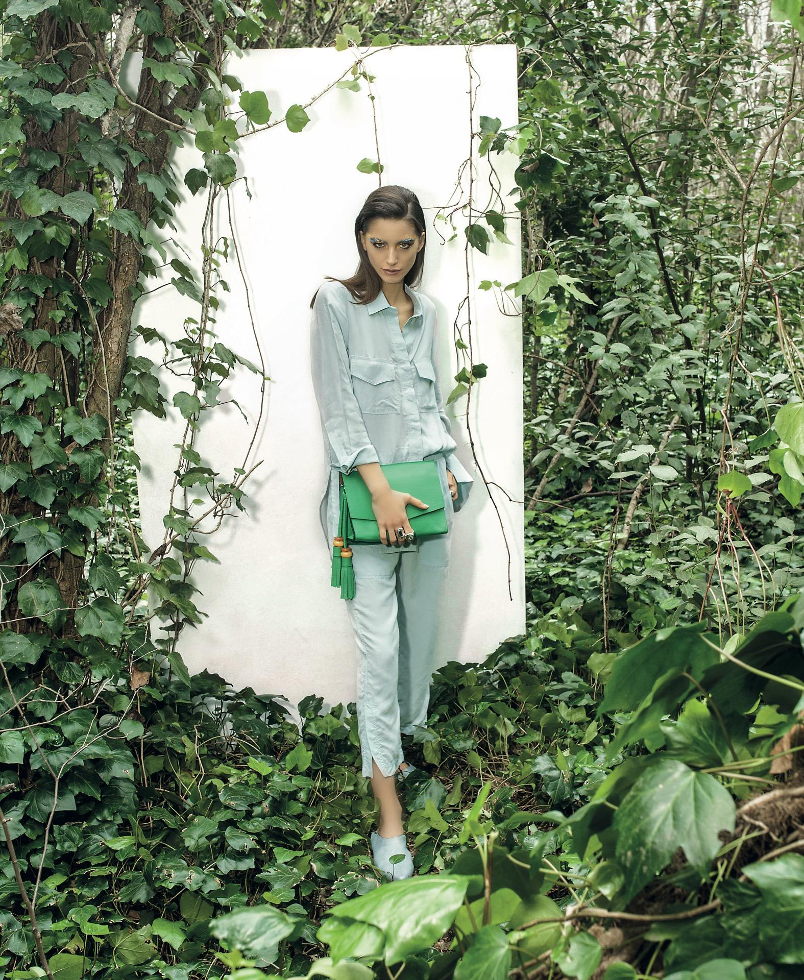 Camisa con bolsillos y pantalón (Cher), cartera de cuero($ 3.900, Clara Ibarguren), slippers ($ 2.400, a pie) y anillos de plata (uno de 50). Fotos Juan Jauregui/Para Ti