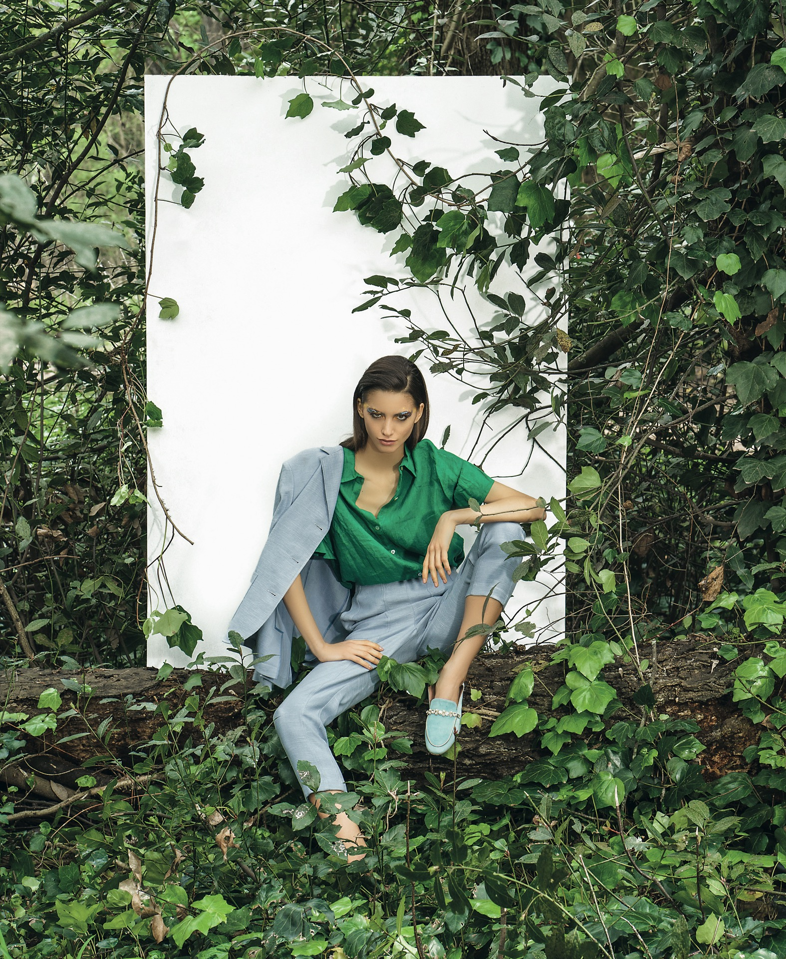 Traje de ramio (Zito), blusa de lino ($ 2.900, ClaraIbarguren) y mocasinesde gamuza con perlas($ 4.790, Valdez).