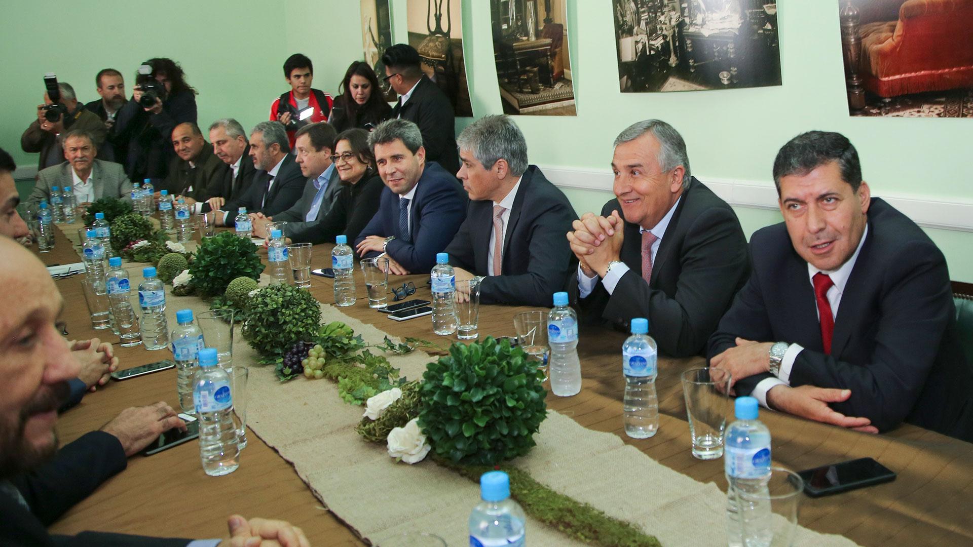 La mayoría de los gobernadores respaldó el decreto del presidente Macri (NA)