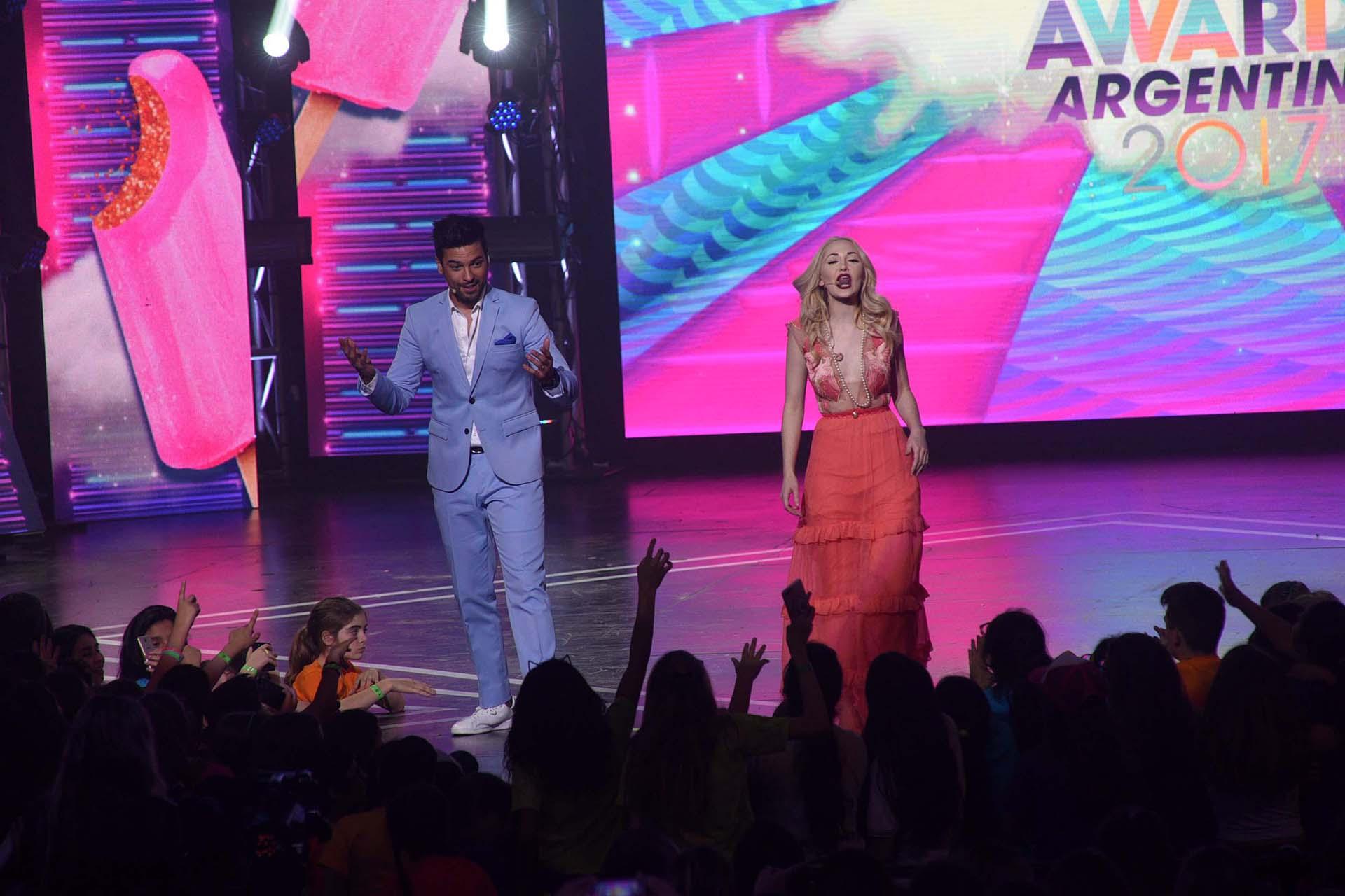 El Chino Leunis y Mechi Lambre sobre el escenario