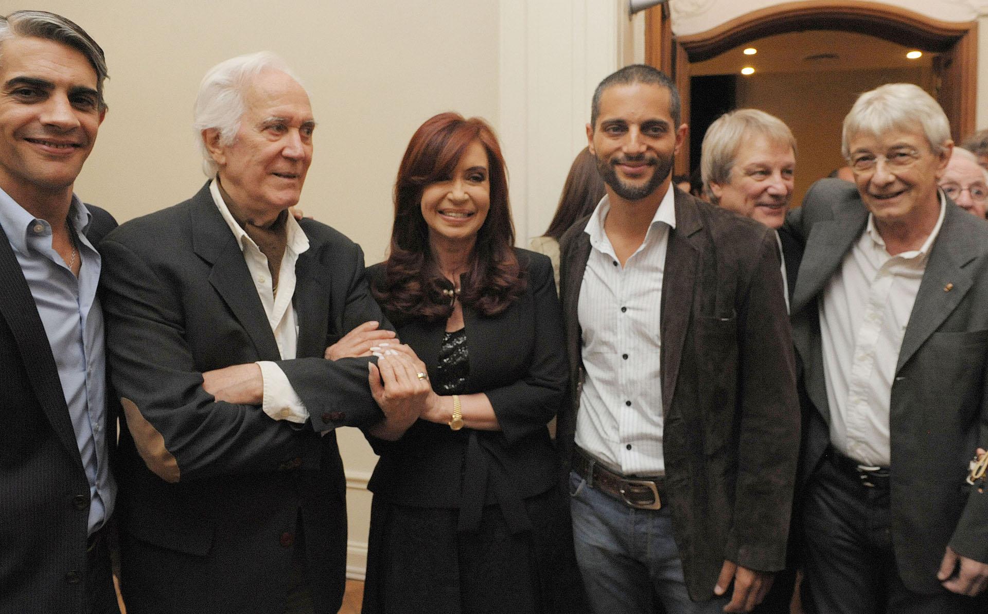 La ex presidenta Cristina Fernández, junto a los actores Pablo Echarri, Federico Luppi, Joaquín Furriel, Jorge Marrale y Arturo Bonín, durante la inauguración de la nueva sede de SAGAI