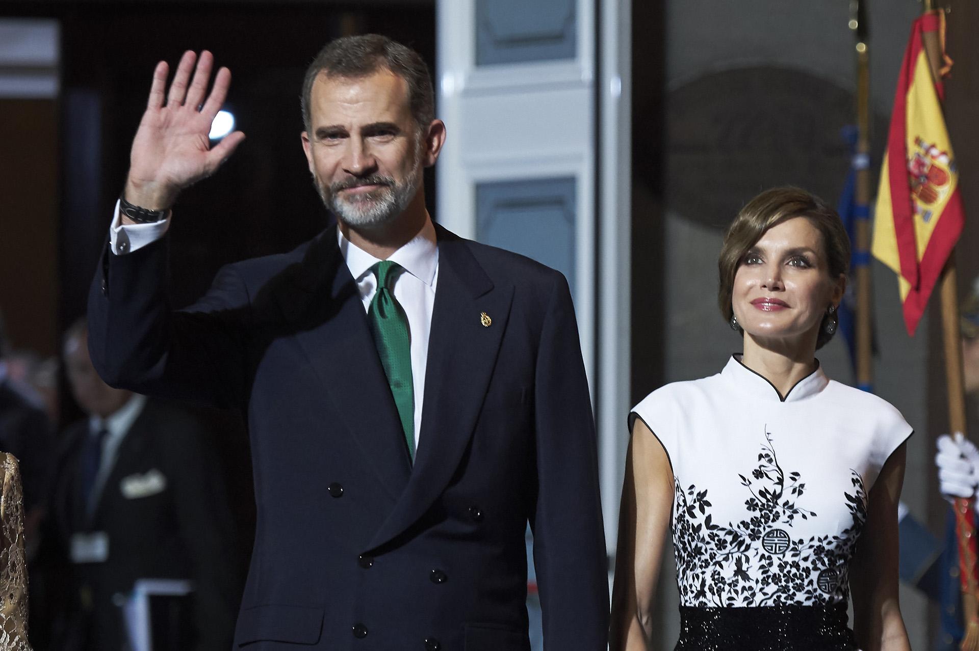 Llevan casi 15 años de matrimonio aunque su historia de amor comenzó de manera secreta. Letizia Ortiz Rocasolano, periodista de la TVE, jamás imaginó conocer a su futuro marido, el príncipe de Asturias Felipe -en aquel entonces el soltero más codiciado de España- en una reunión de trabajo.