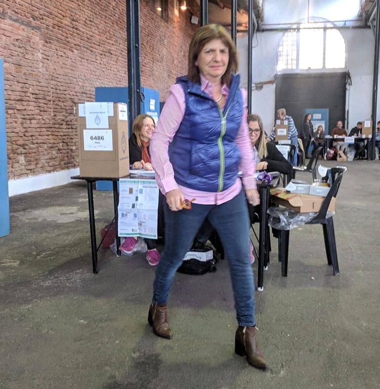 La ministra de seguridad de la Nación Patricia Bullrich votó bien temprano, apenas abrían los comicios. Sorprendió con su estética: jeans, camisa rosa y un chaleco para protegerse de las bajas temperaturas de la mañana