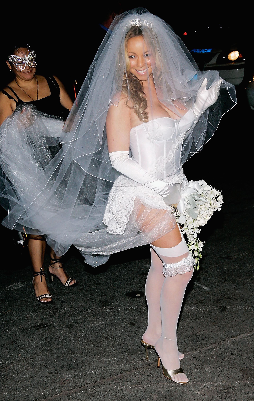 La cantante Mariah Carey vestida de novia sexy en un multitudinal evento en 2004 (Photo by Evan Agostini/Getty Images)