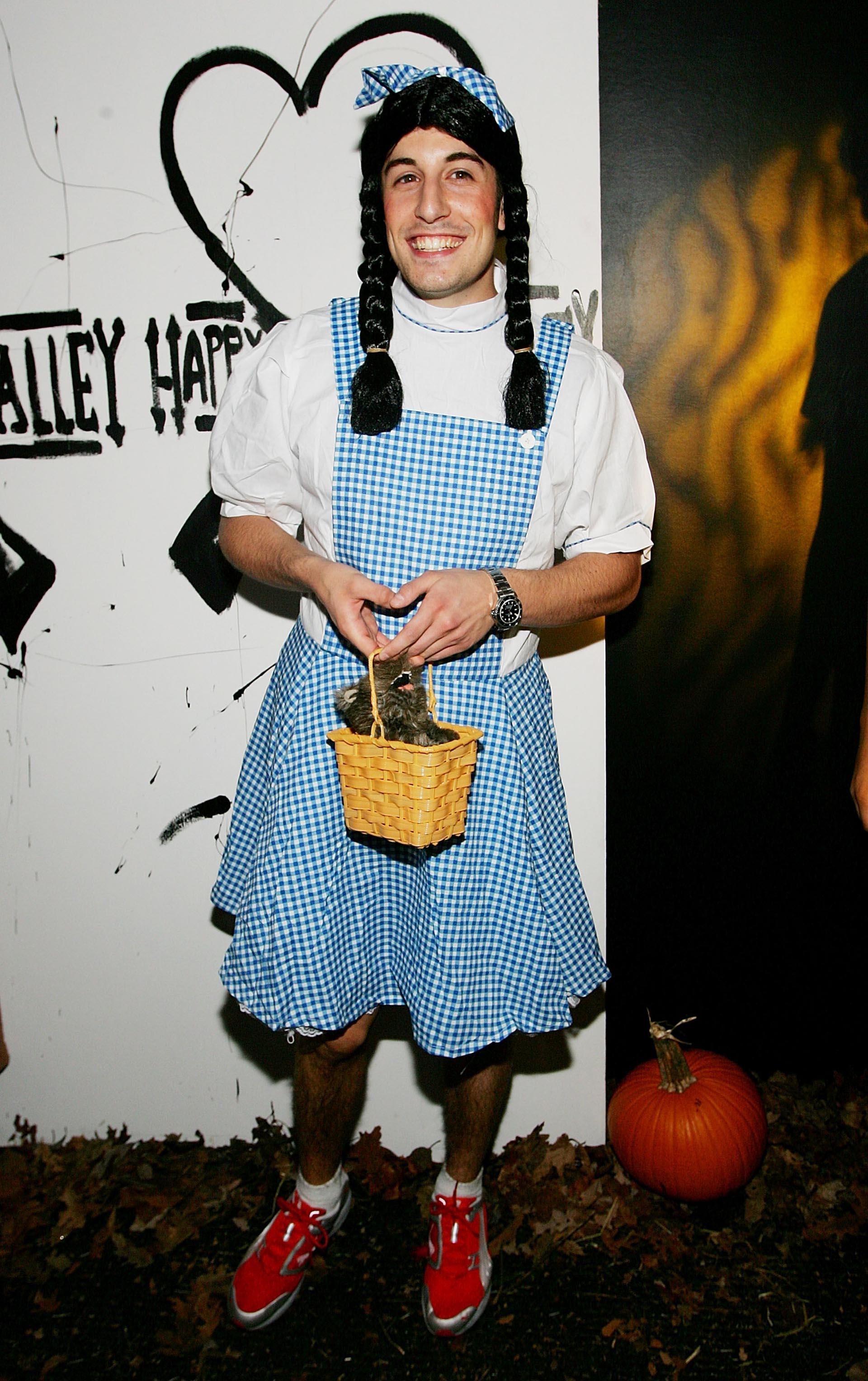 El actor Jason Biggs en la fiesta anual deHalloween organizada por Heidi Klum en 2005 se destacó por su atuendo del personaje Heidi