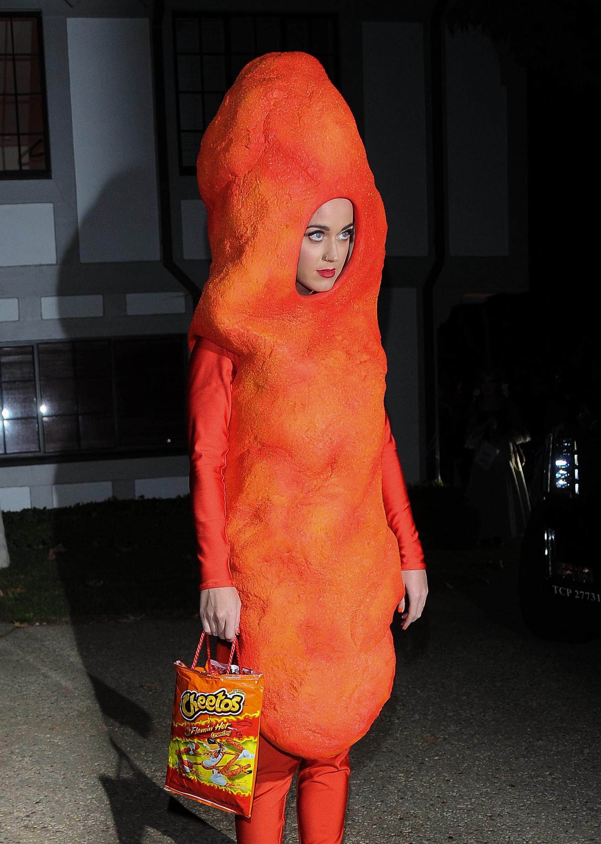 En 2014 la actrizKaty Perry decidió acudir a una fiesta privada en Los Angeles vestida de 'chizito' un vestuario sumamante original (Photo by Chinchilla/Bauer-Griffin/GC Images)