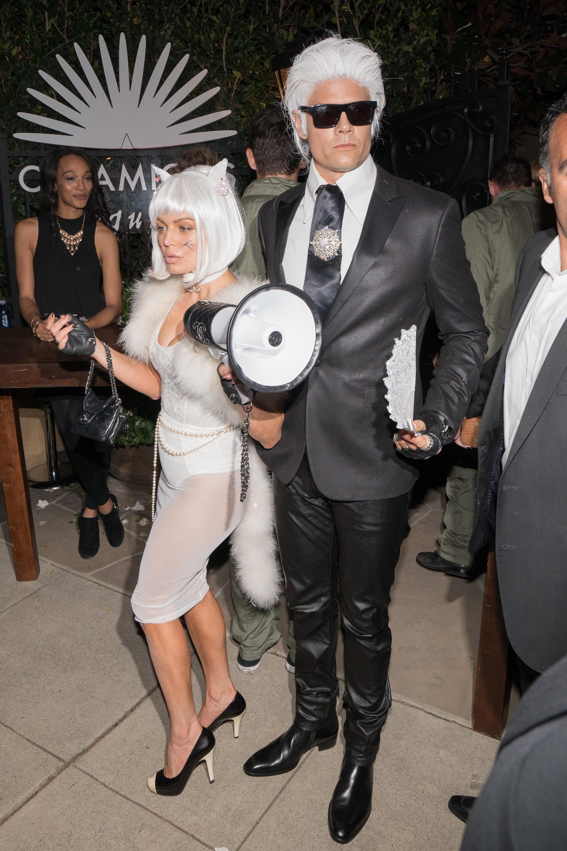 La cantante Fergie y Josh Duhamel festejando en Beverly Hills emulando al icónico diseñador Karl Lagerfeld y su mascota Choupette, una de las parejas más creativas ( AaronP/Bauer-Griffin/GC Images)