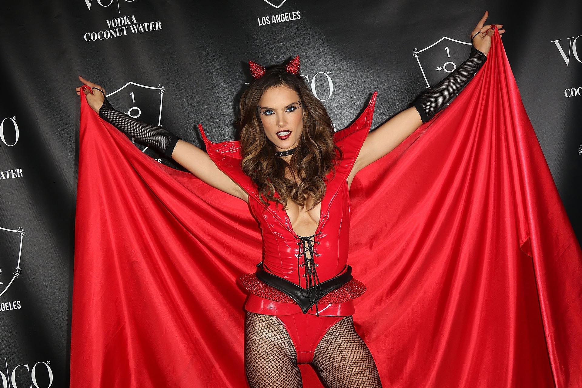 La hermosa Alessandra Ambrosio apostó a un clásico de esta fecha sedujo con su propuesta sexy de diabla compuesta por capa y corsé rojo (Getty Images)