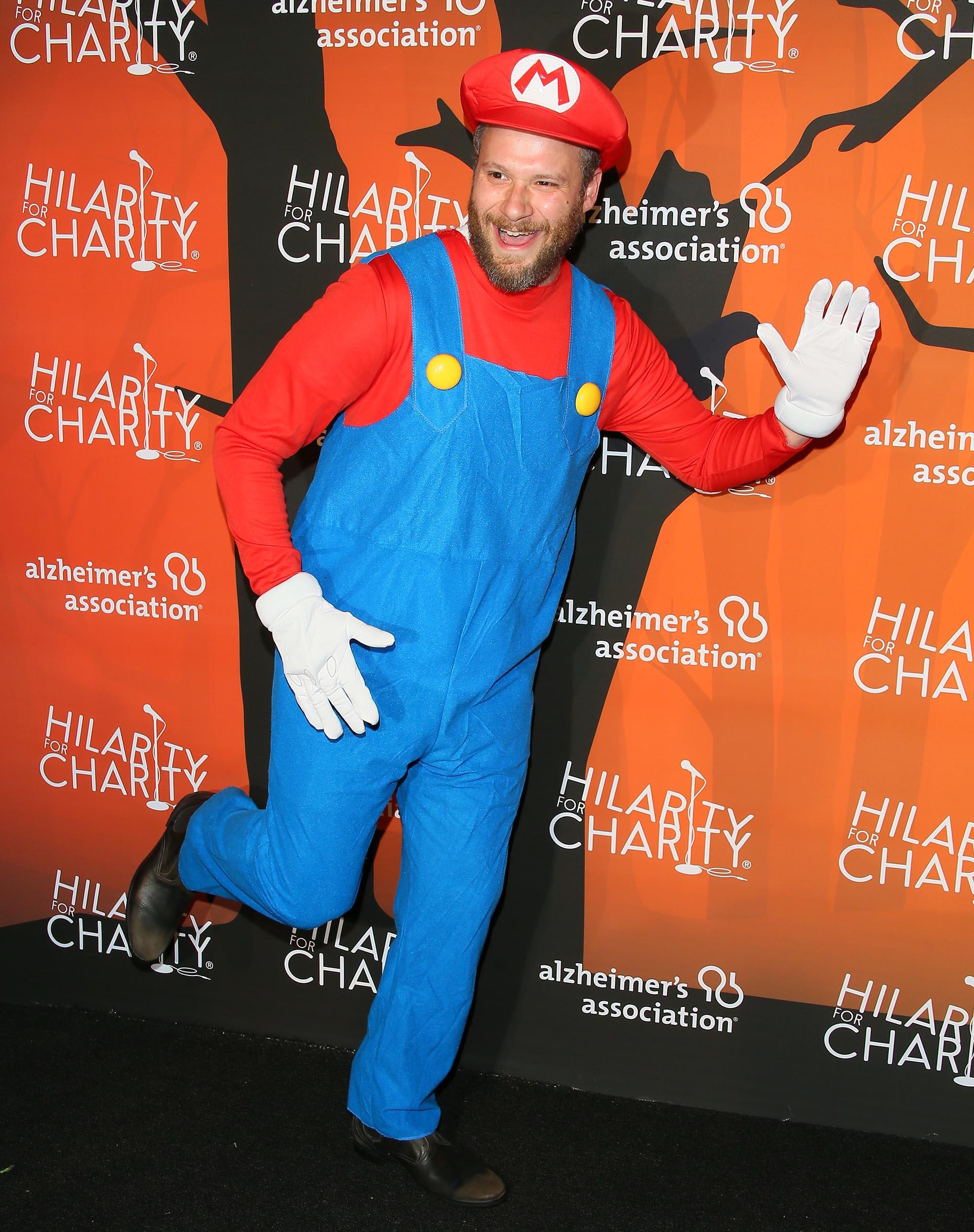 Seth Rogen se vistió de Mario Bros en el evento solidario del 31 de octubre. Posó para las cámaras