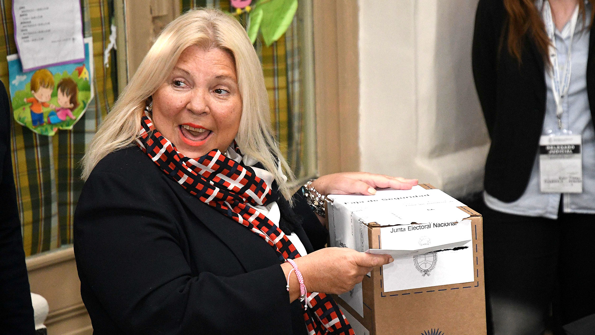 Lilita Carrió fue una de las últimas candidatas en acercarse a las urnas, adoptó un look semi formal con traje negro y fular estampado