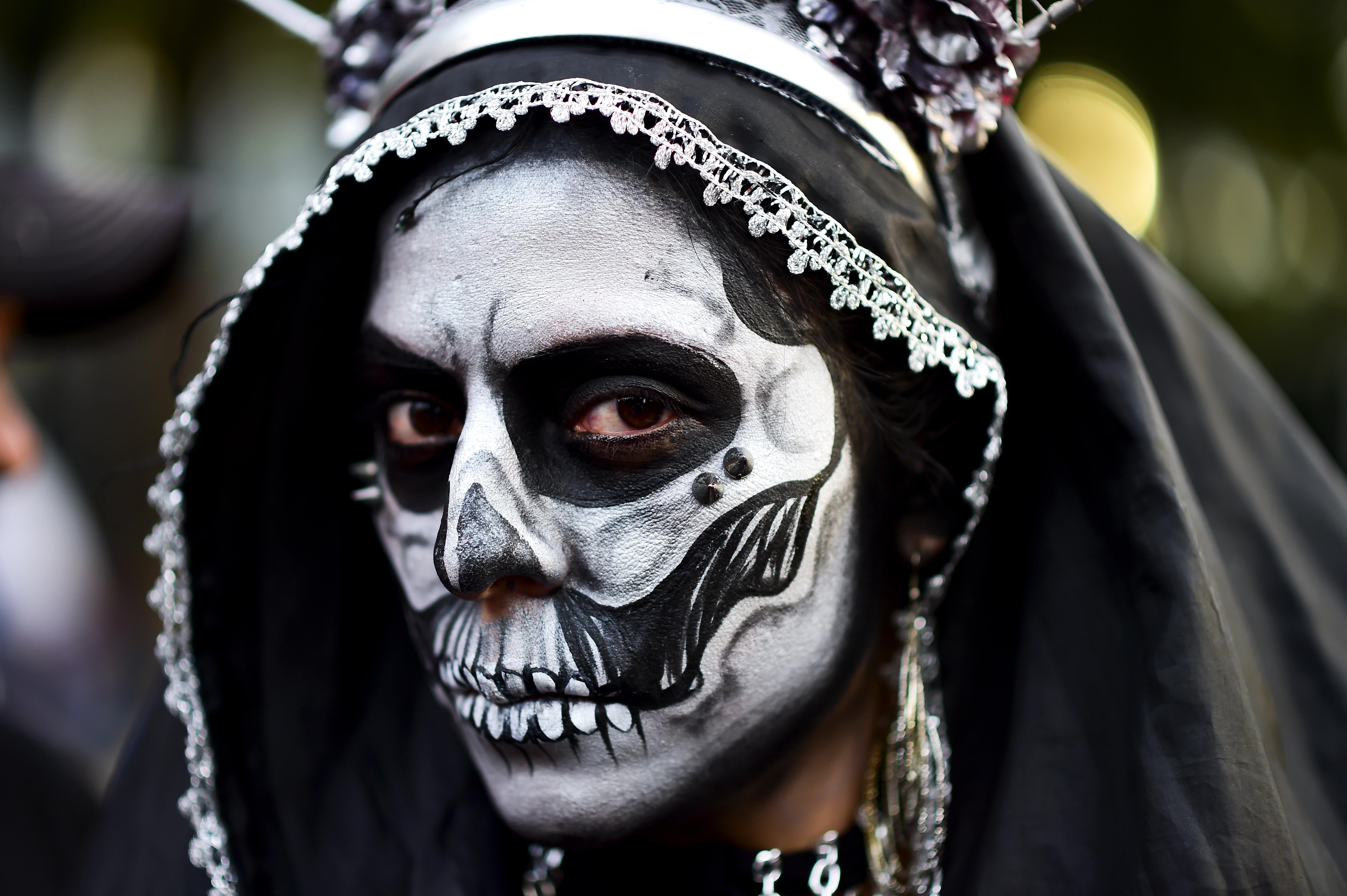 """Una mujer disfrazada de""""Catrina""""durante la parada en el Paseo de la Reforma de Ciudad de México"""