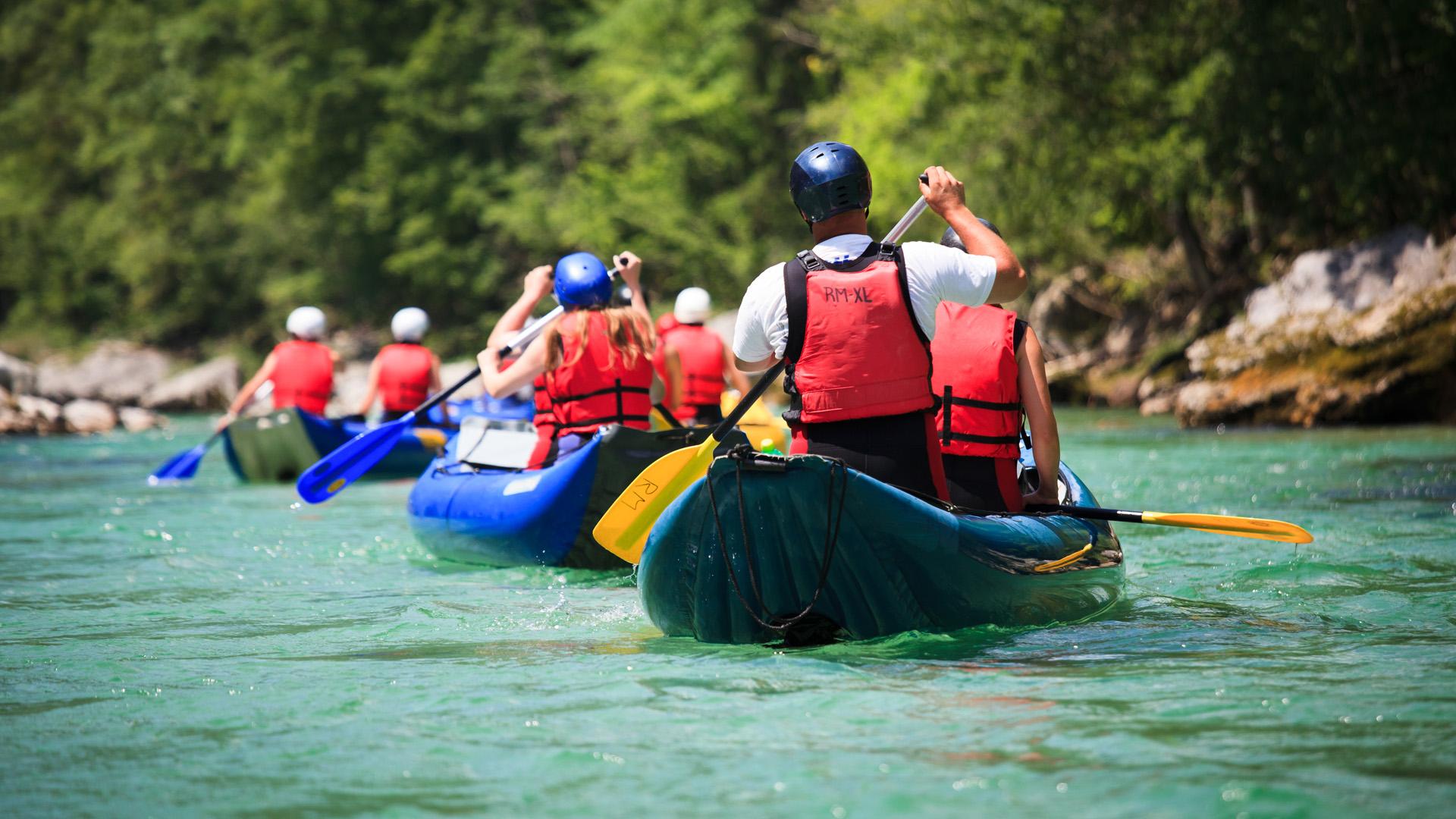 Focalizándose enArgentina, los lagos y ríos que abundan en la Cordillera de los Andes son ideales para el kayaking