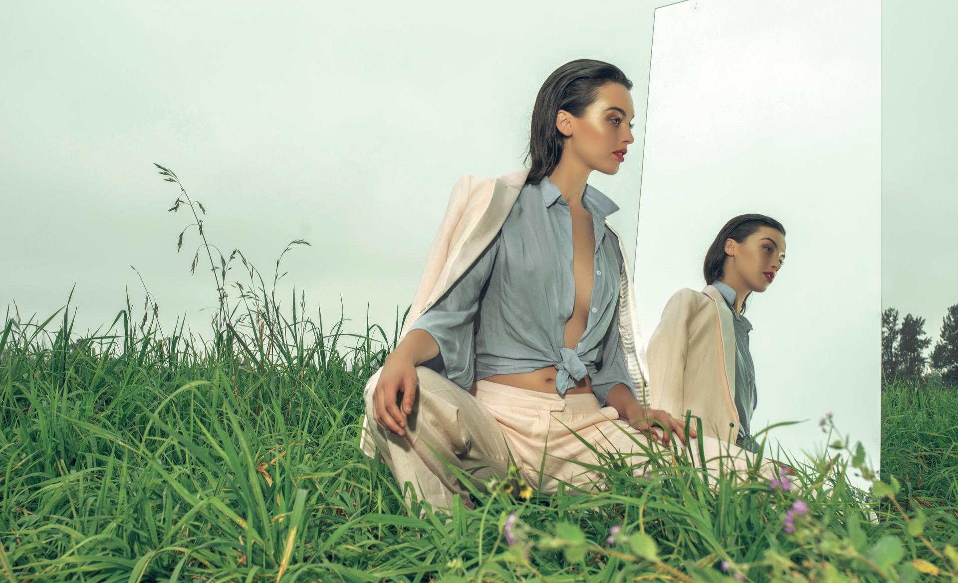 Blazer y pantalón de lino ($ 6.200 y $ 3.950, Jazmín Chebar) y camisa con nudo (Riffle Jeans).Foto Juan Jauregui/ Para Ti
