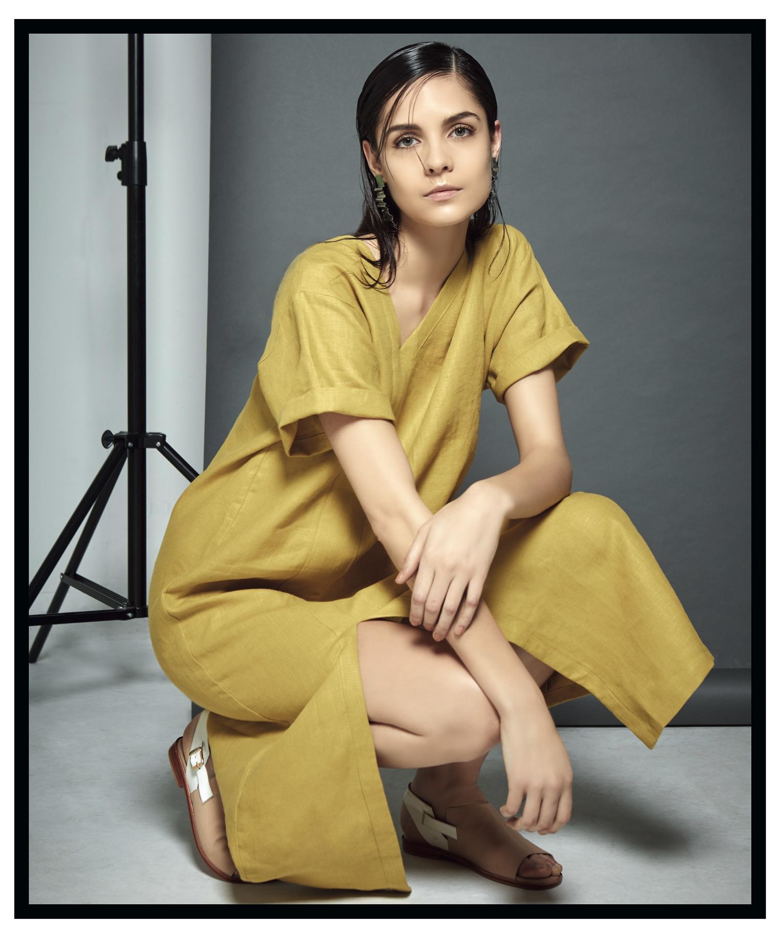 Vestido de escote irregularde lino de algodón y aros (Vernna) y sandalias bicolor (Acento de autor).Foto Ana Fanelli/ Para Ti