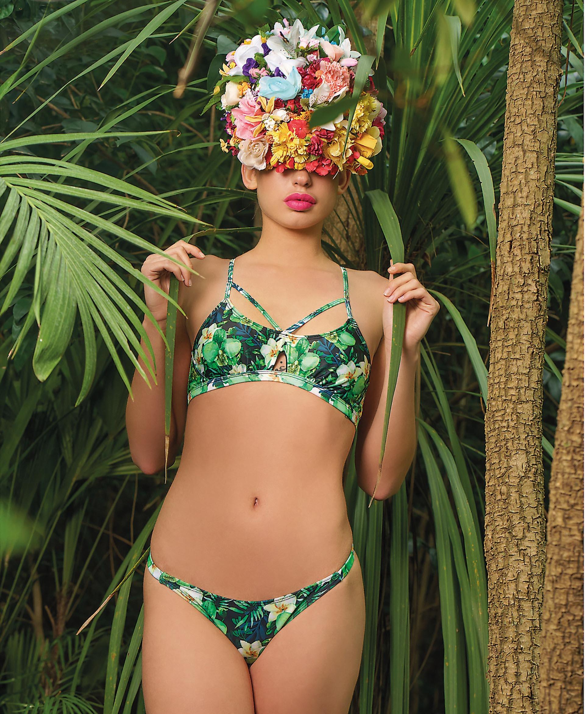 Bikini con tiras cruzadas en la pechera y colaless con estampa de hojas y flores ($ 990, Audace).Fotos Juan Jauregui/ Para Ti