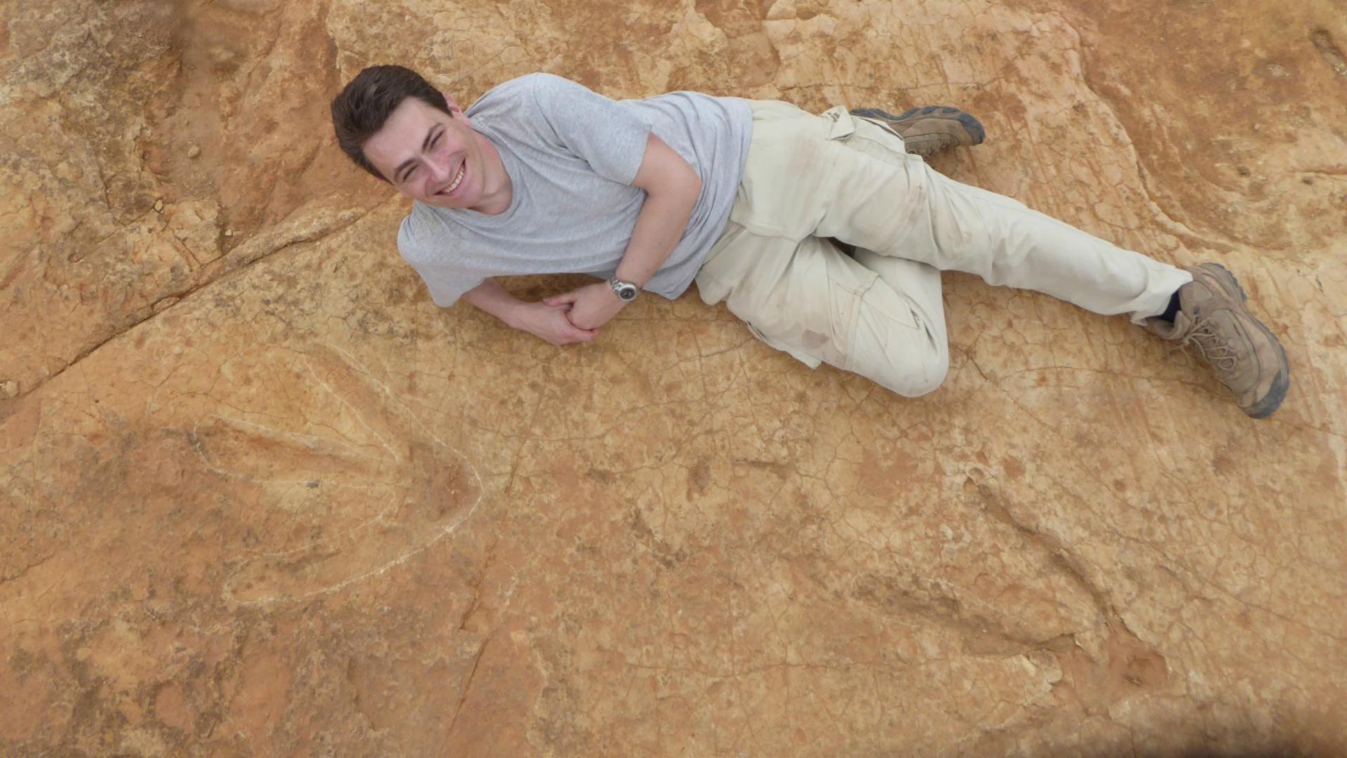 El paleonteológo Fabien Knoll junto a la huella del dinosaurio. (Foto gentileza El Mundo)