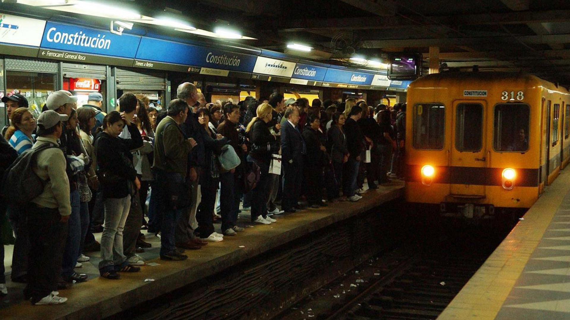 Lentamente se restablece el servicio en ambas líneas de subterráneos