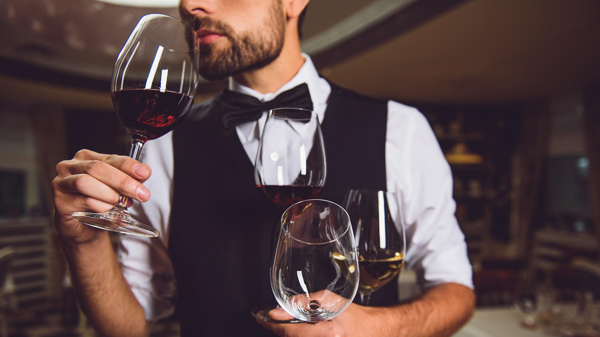 Nunca hay que tomar la copa del vino por el cáliz, siempre por el tallo (Getty)