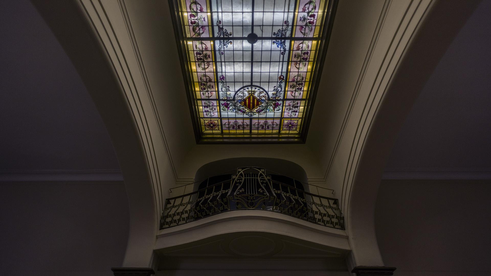 Su ampliación luce un elaborado modernismo catalán, variante del Art Nouveau