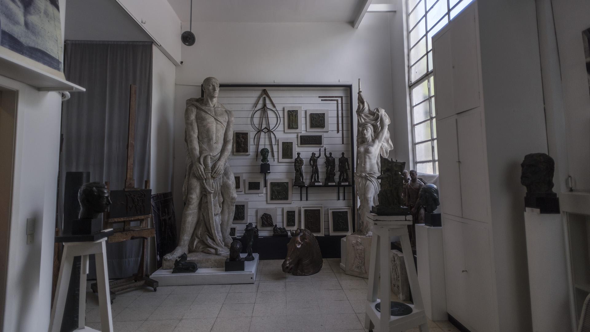 Fue proyectado por el arquitecto Alejo Martínez en 1937 para el matrimonio conformado por la pintora Raquel Forner y el escultor Alfredo Bigatti
