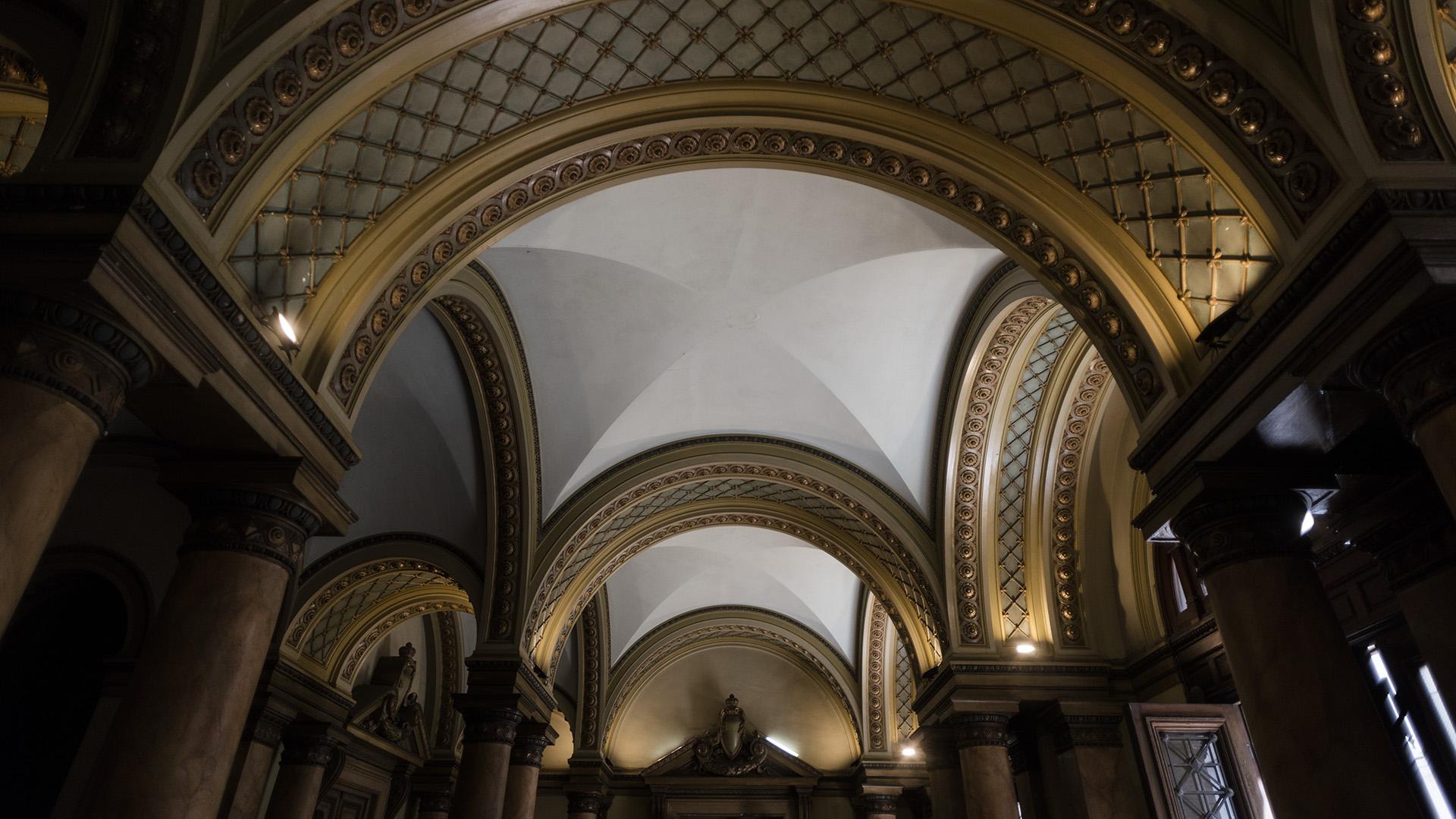 Presenta una fachada academicista compuesta según los principios clásicos de basamento-desarrollo-remate, tomando elementos decorativos de la arquitectura clásica