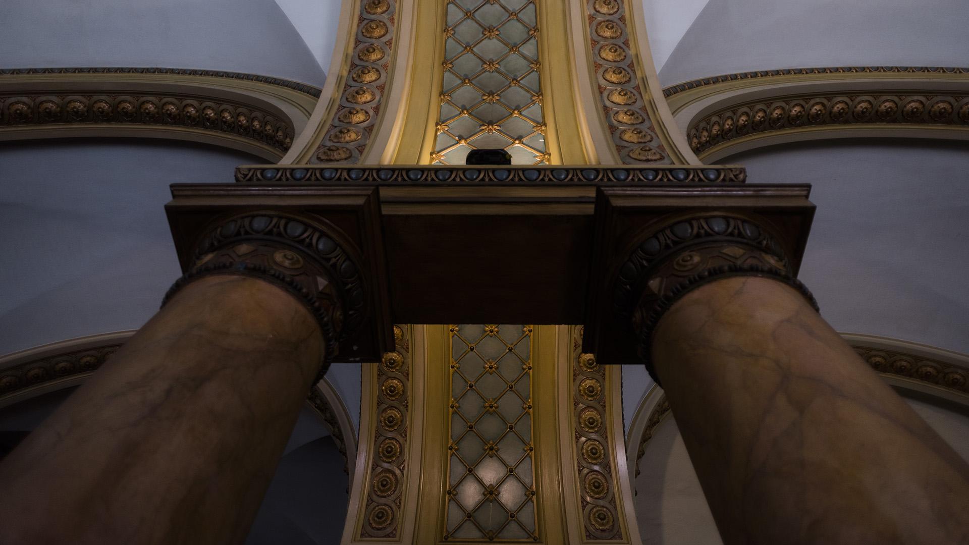 Presenta columnas corintias, frontis de influencia griega y herrería con diseño de inspiración romana
