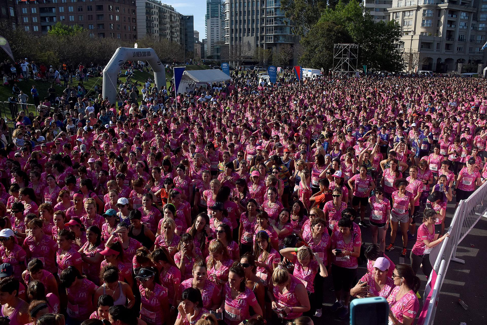 Muchas participantes se preparan para correr en un día espléndido