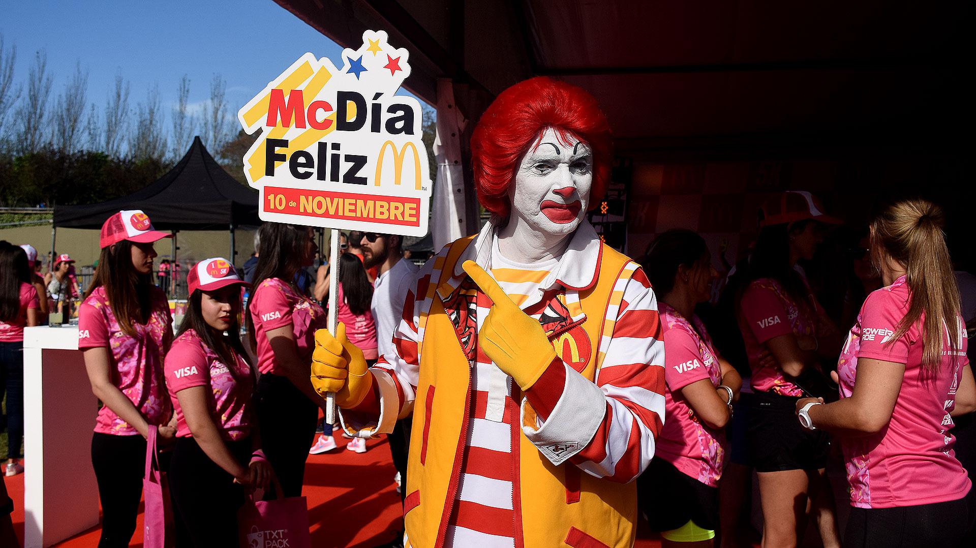 El payaso Ronald, convocó a las chicas a correr